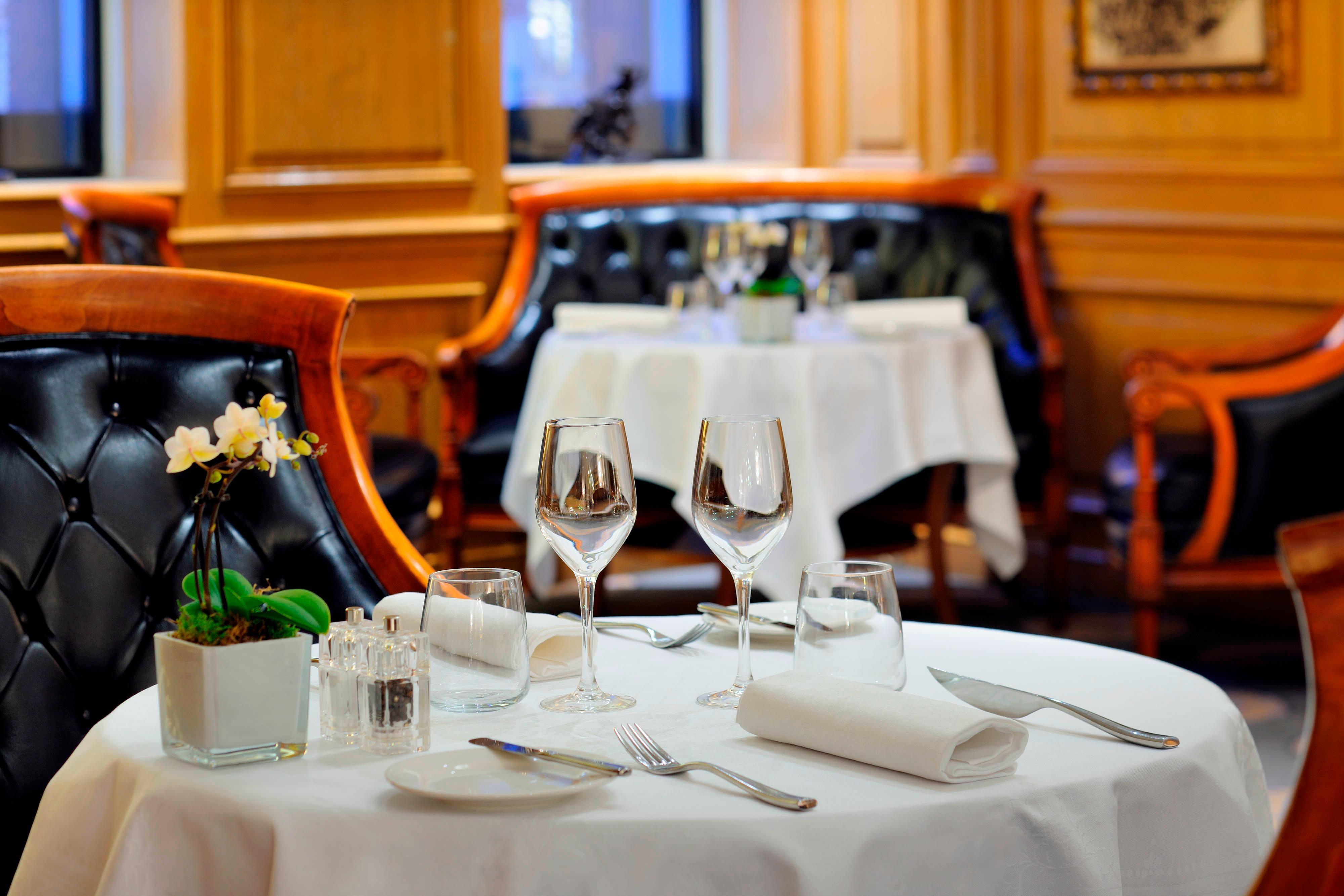 Lobby und Restaurant in Hotel an den Champs-Élysées