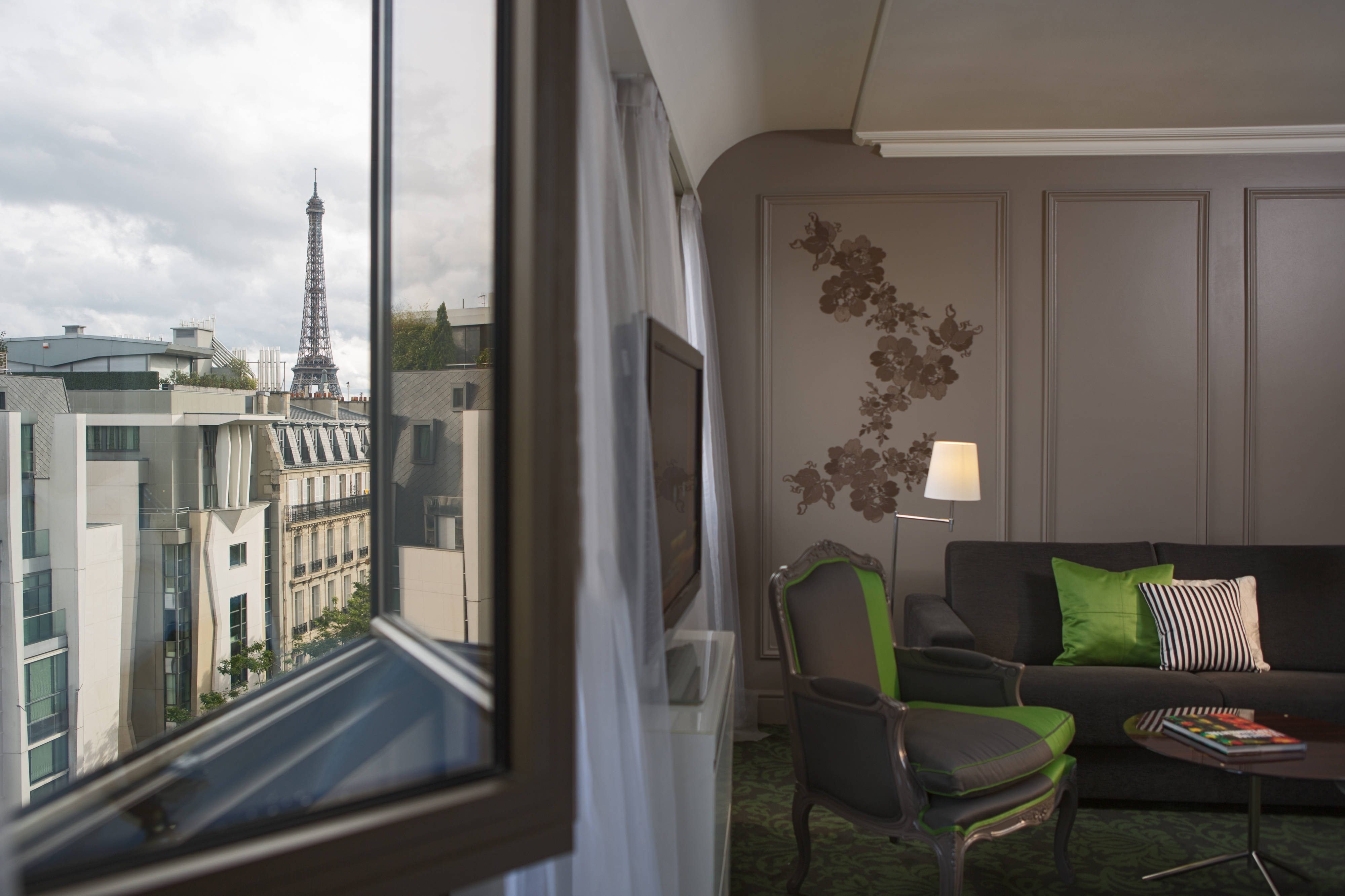 Paris family hotel near eiffel tower renaissance paris for Hotels around eiffel tower