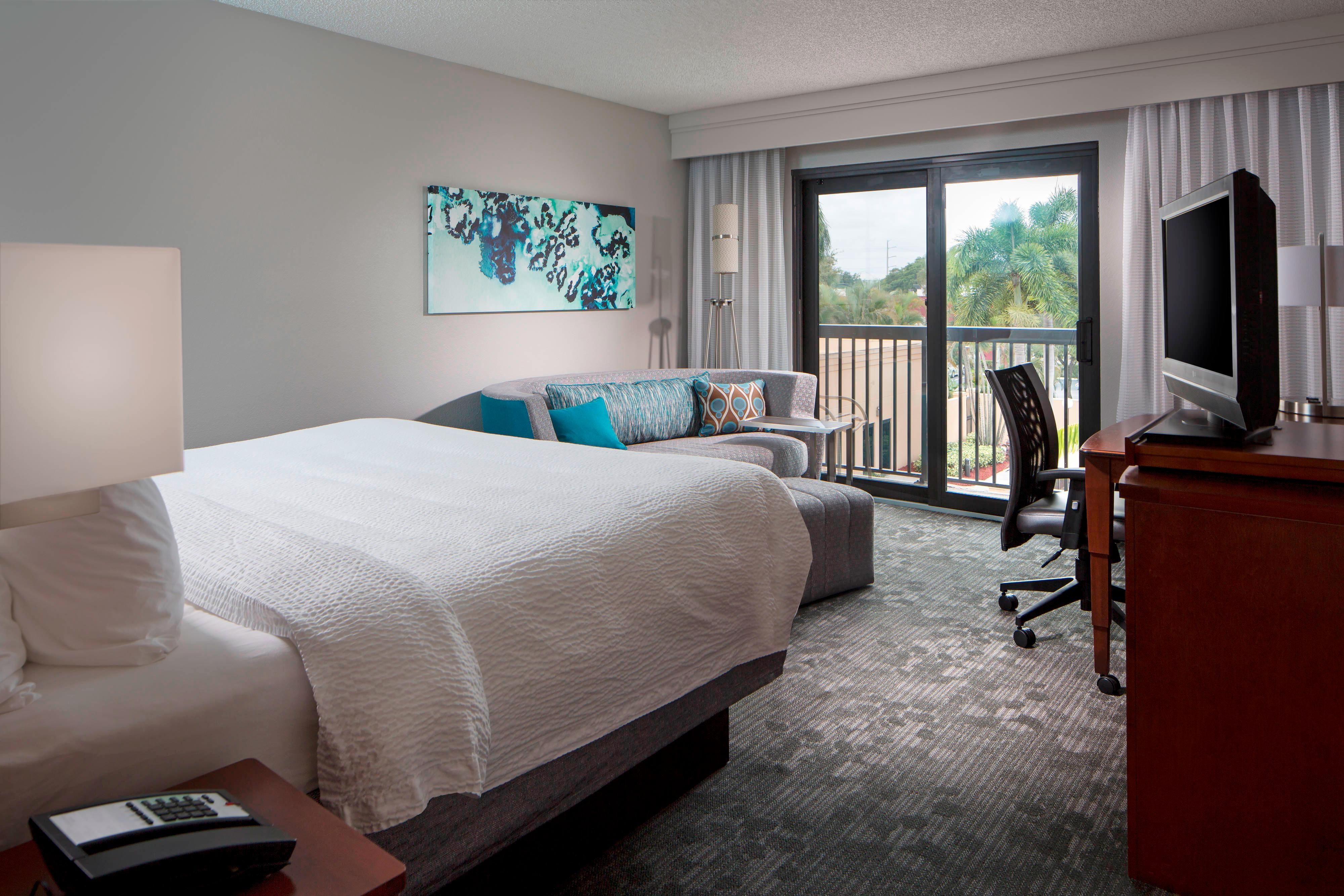 Gästezimmer mit Kingsize-Bett – Blick auf den Innenhof