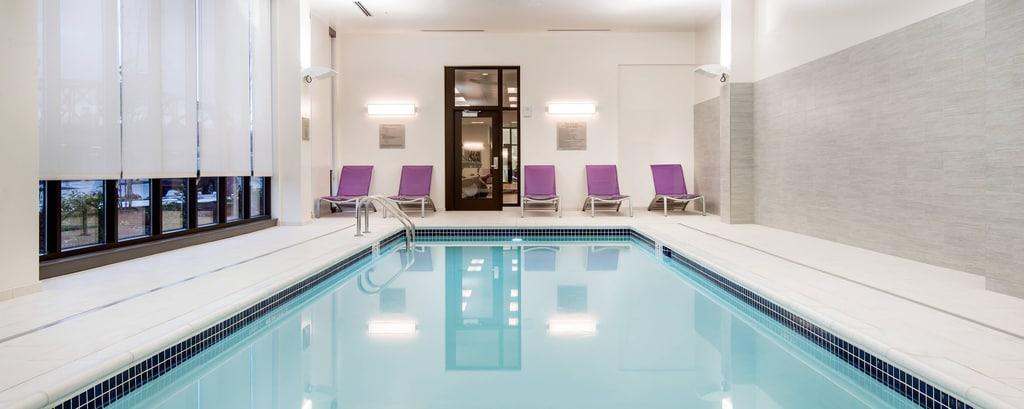 ポートランドの屋内プールのあるホテル