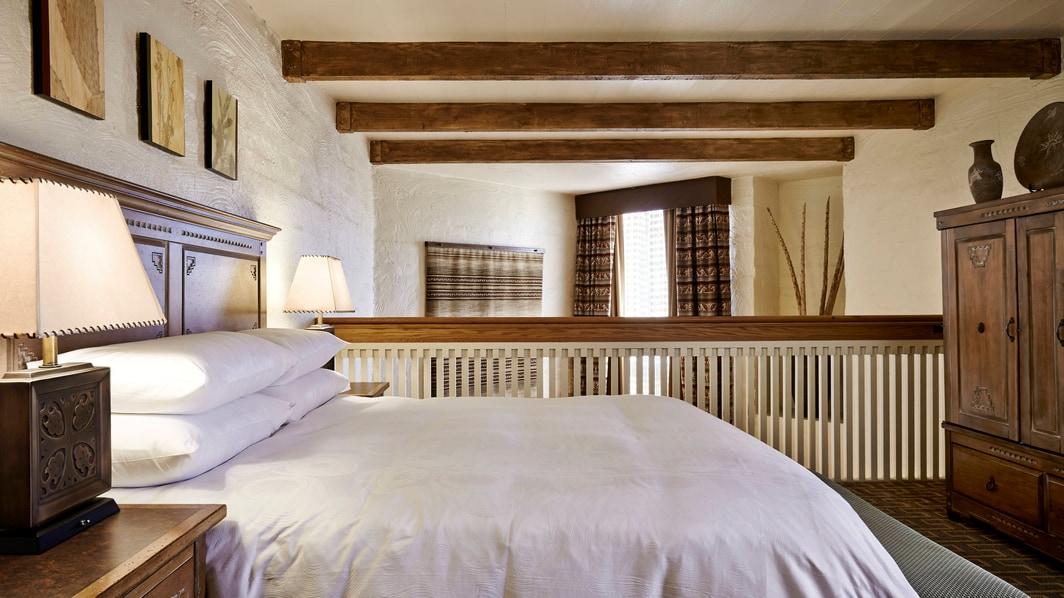 Schlafzimmer einer zweigeschossigen Suite im JW Marriott