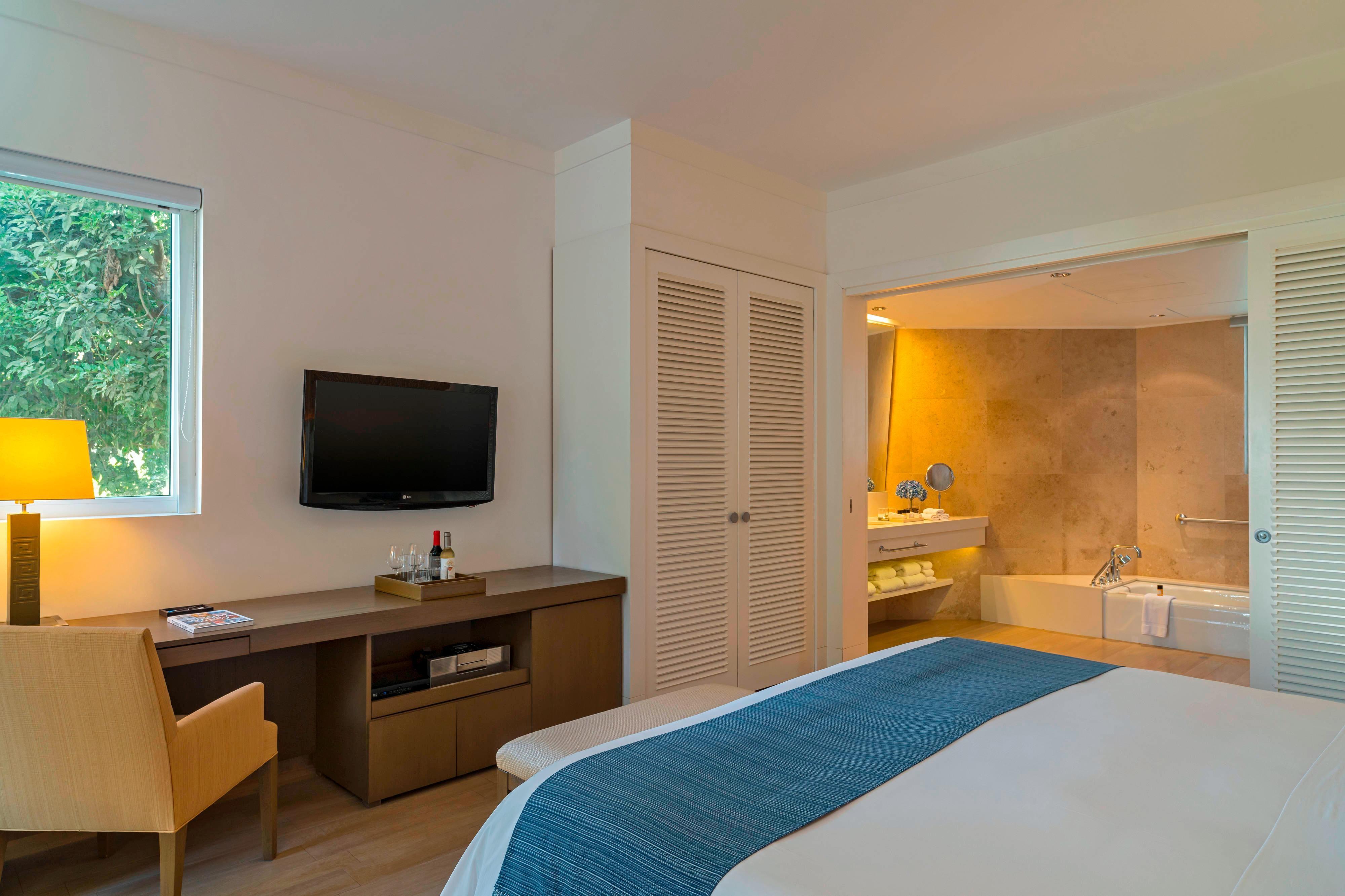 Chambre avec lit king size et vue sur le jardin, accessible aux personnes à mobilité réduite