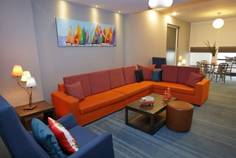 Sala de estar de la suite Aloft Savvy