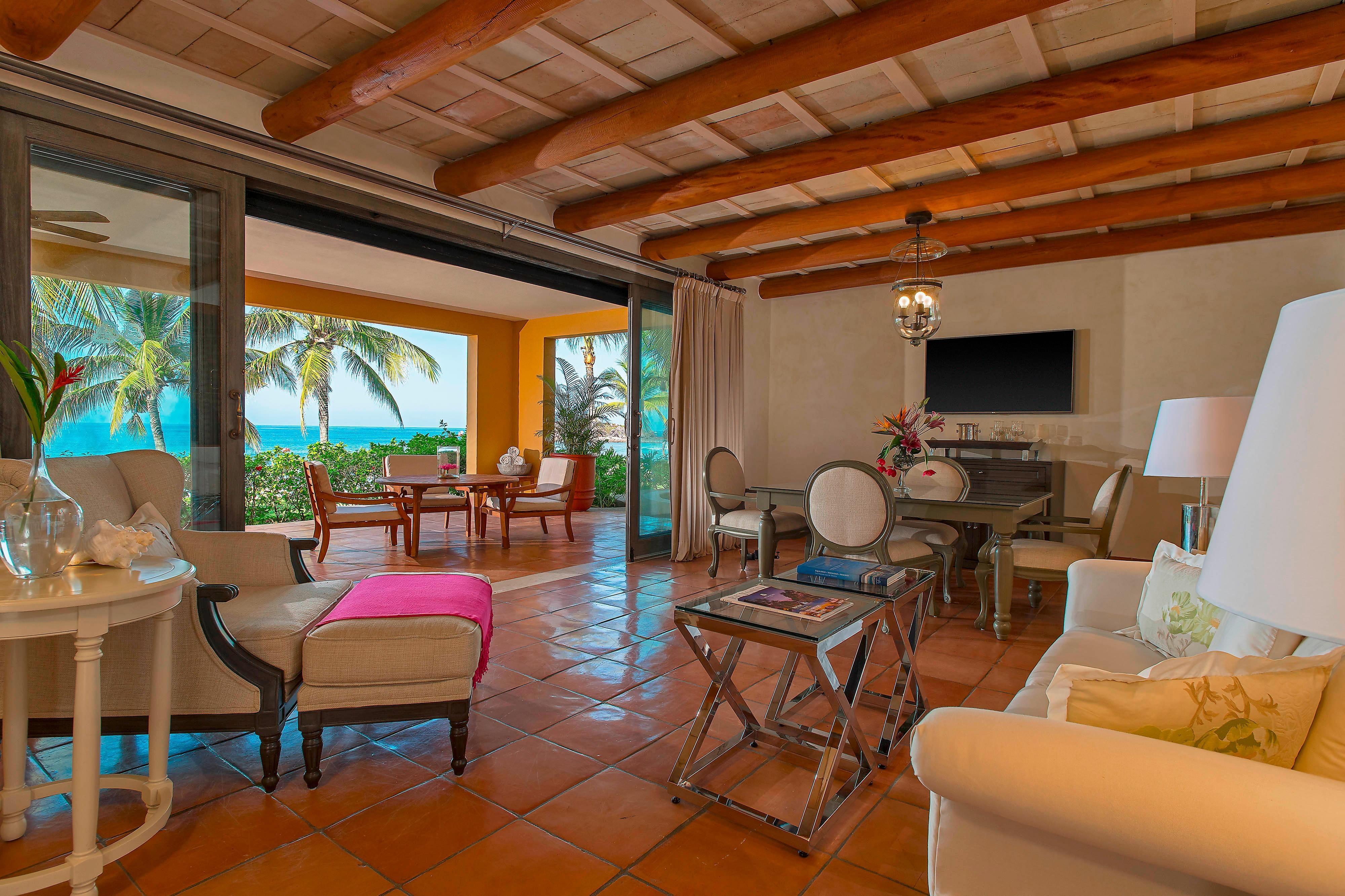Deluxe Beachfront Suite - Living Room