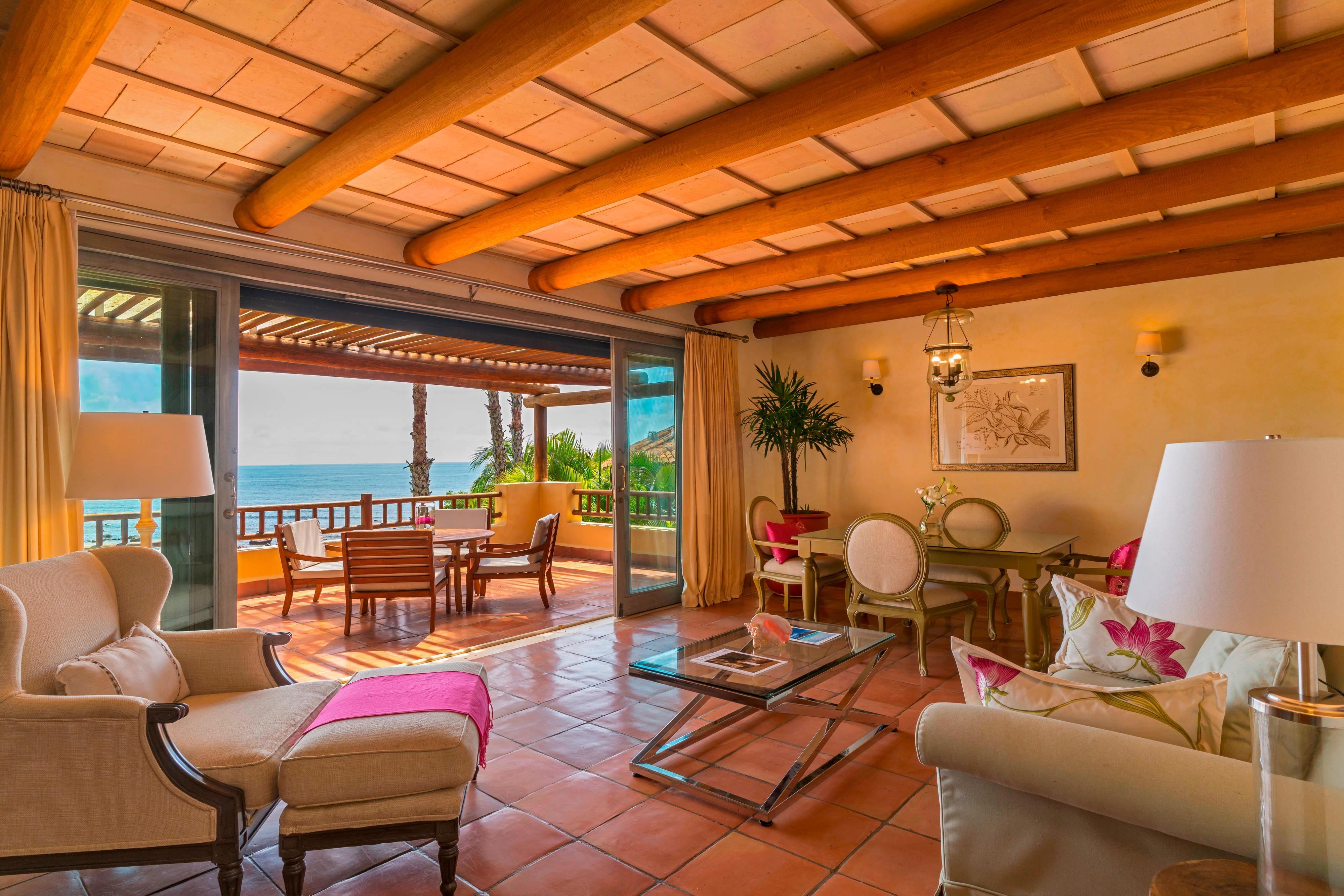 Deluxe Suite Beachfront Living Room