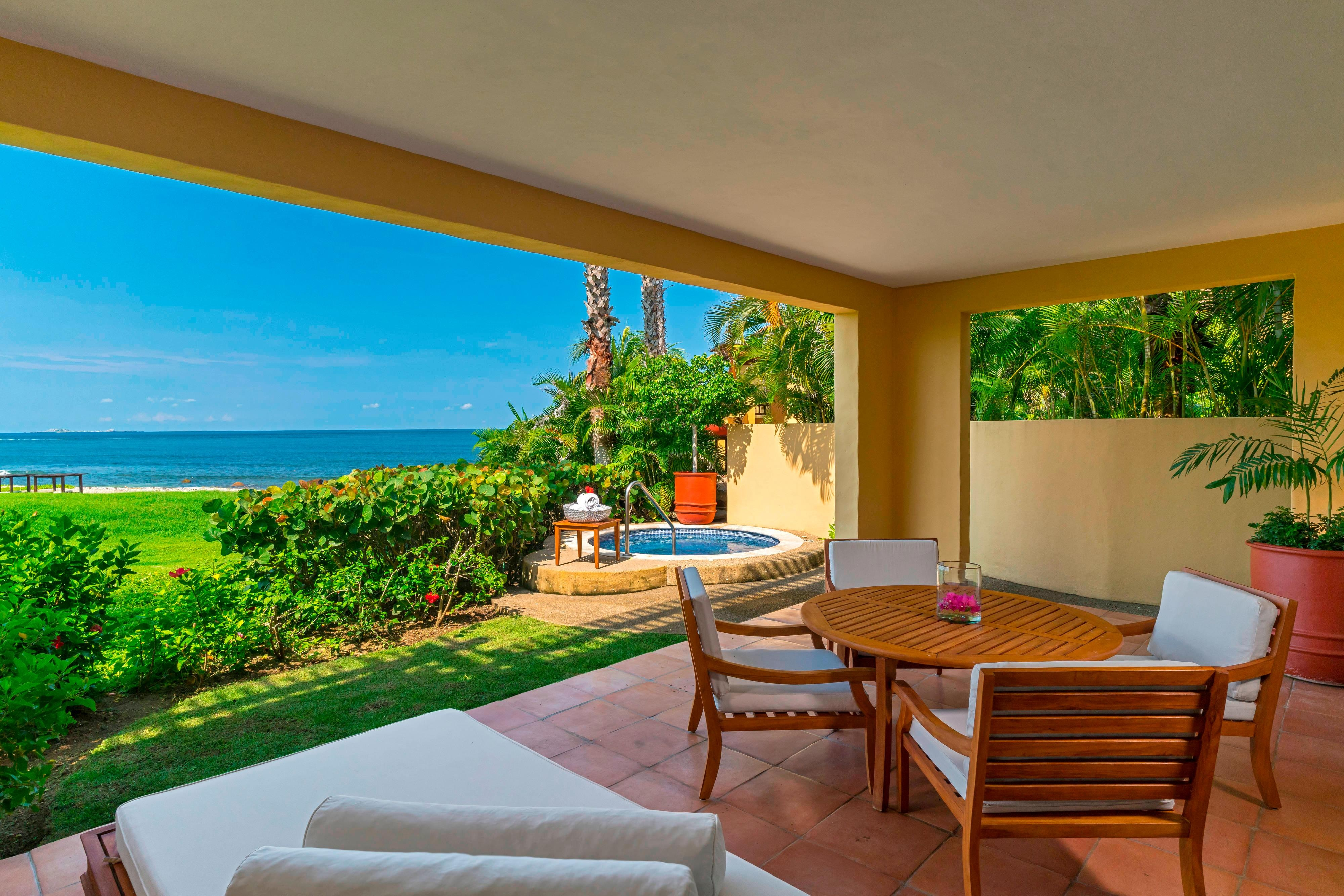 Deluxe Suite Beachfront with Jacuzzi – Terrace