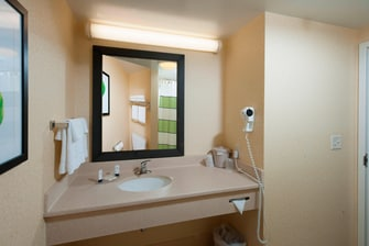 Freeport hotel guest bathroom