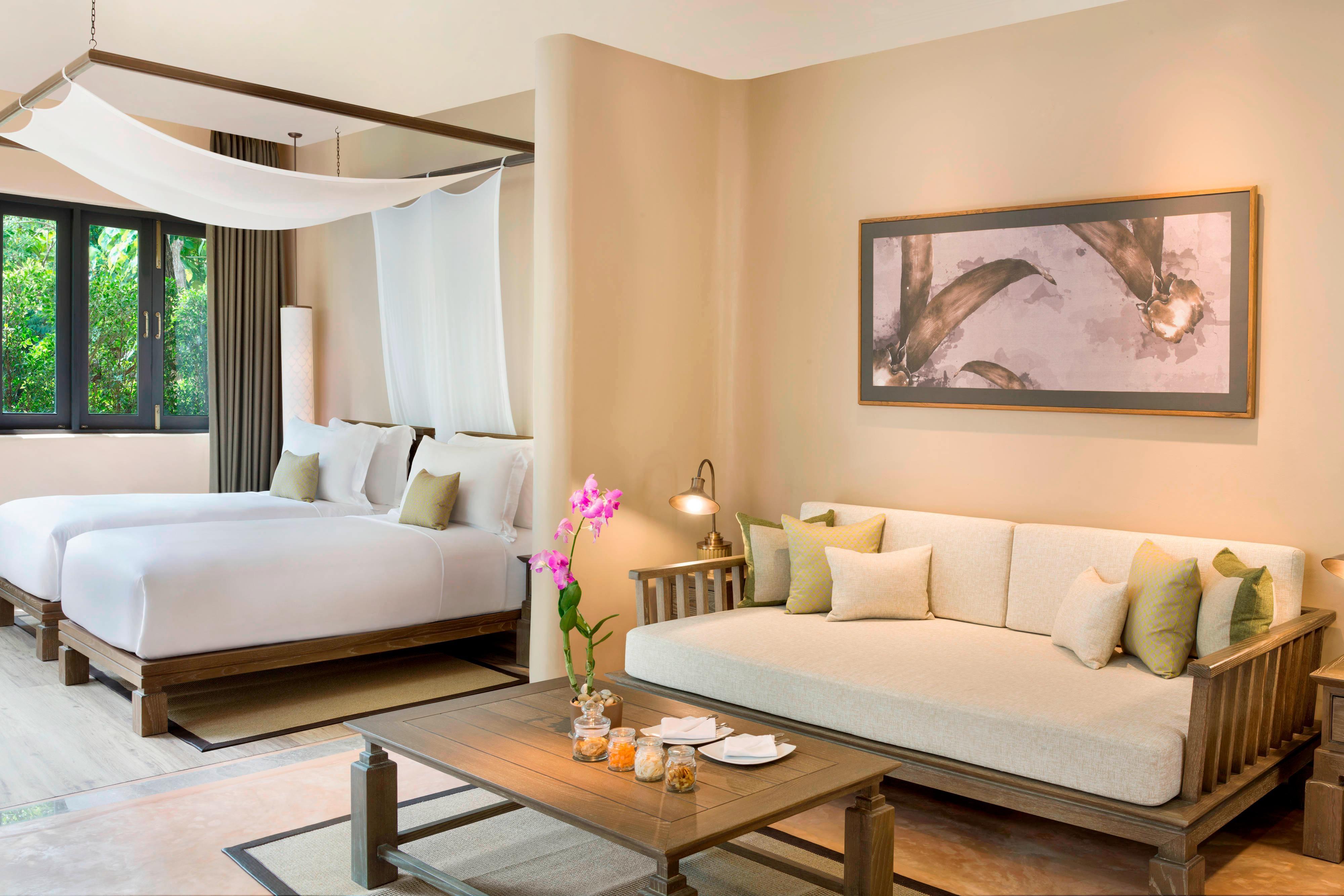 Espace séjour d'une chambre Deluxe avec deux lits jumeaux