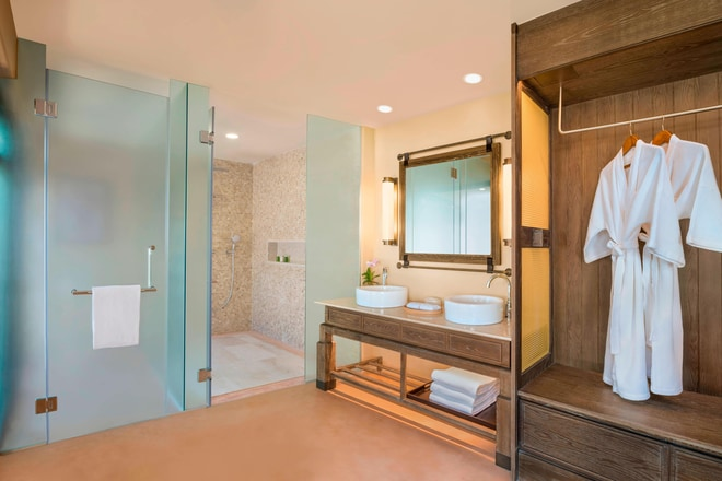 King Grand Deluxe Terrace Guest Bathroom