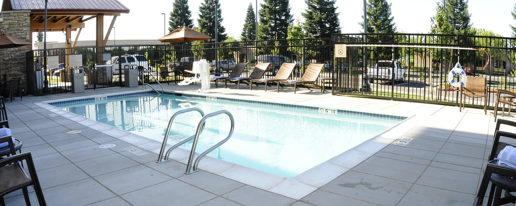 Hotelpool im Redding TownePlace Suites