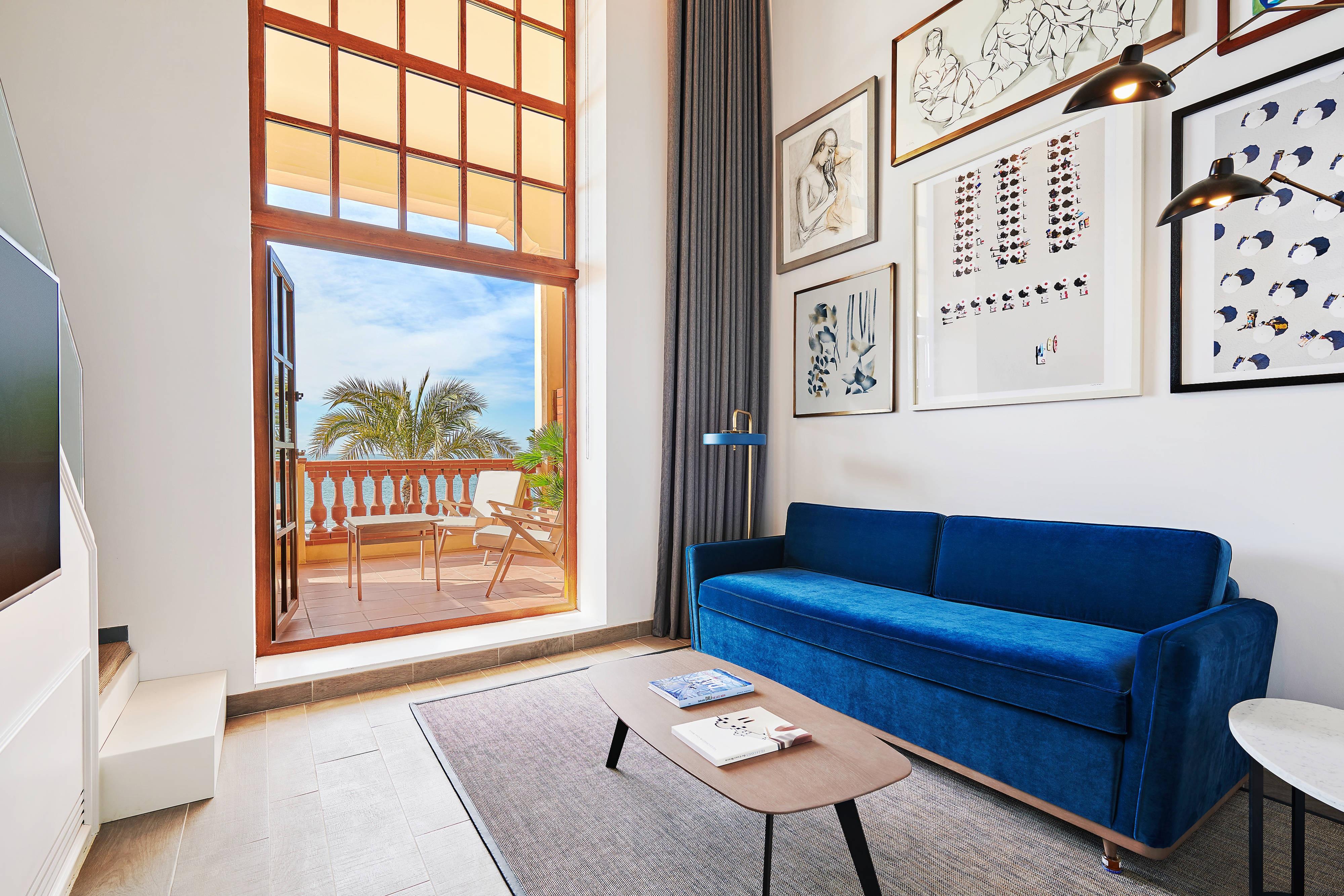 Wohnzimmer der Duplex Suite – Blick auf das Mittelmeer