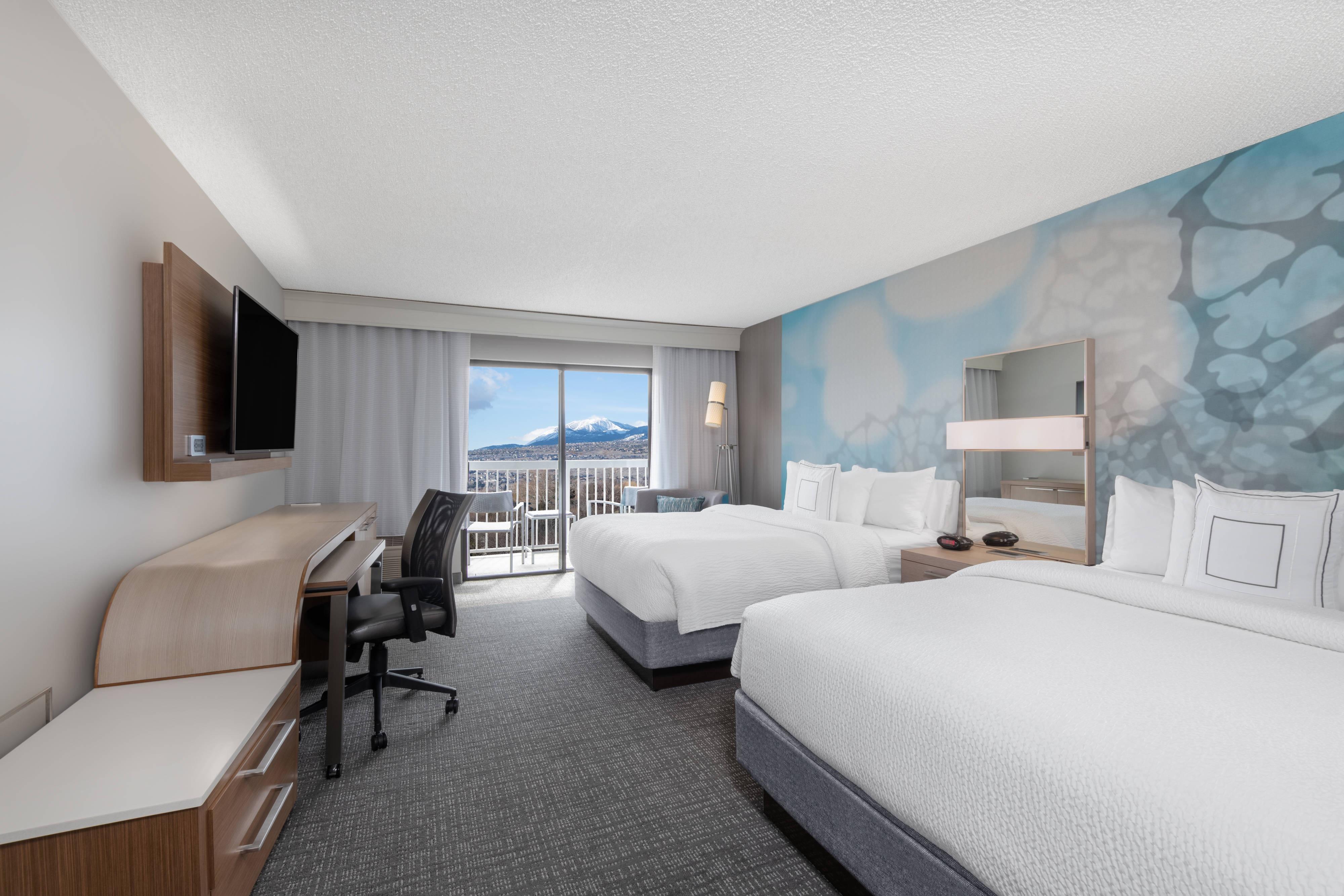Chambre avec deux lits queen size et balcon