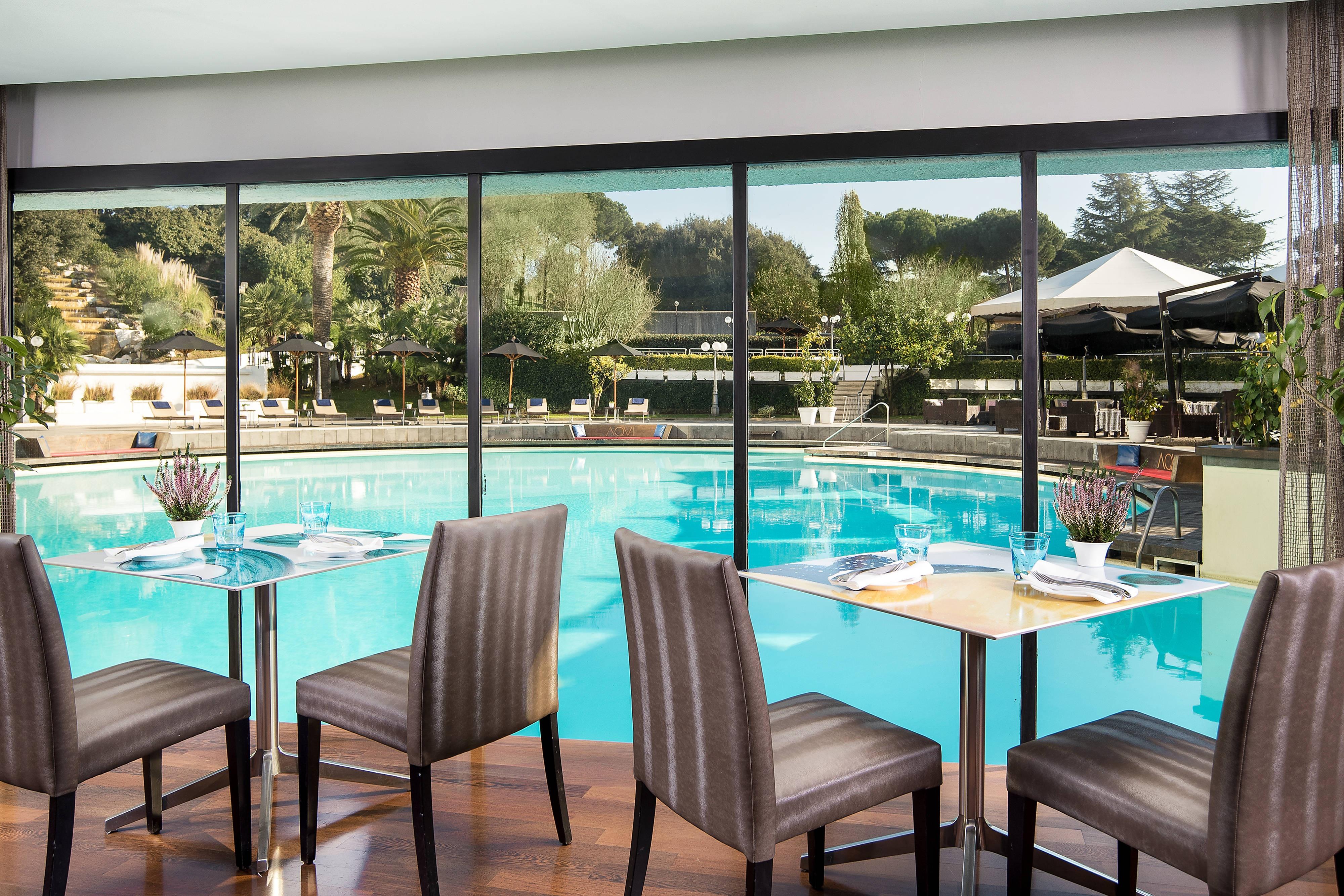 Restaurant AQVI avec vue sur la piscine