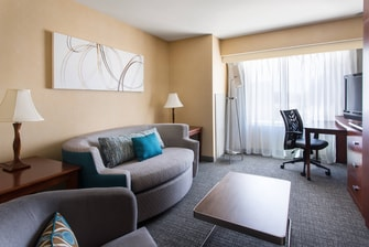 Queen/Queen Suite - Living Area - Courtyard Sacramento Cal Expo