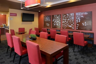 TownePlace Suites Breakfast Area - Communal Table