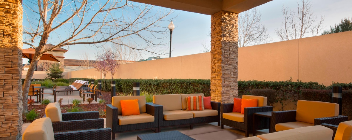 Jardines al aire libre del hotel en Folsom, California
