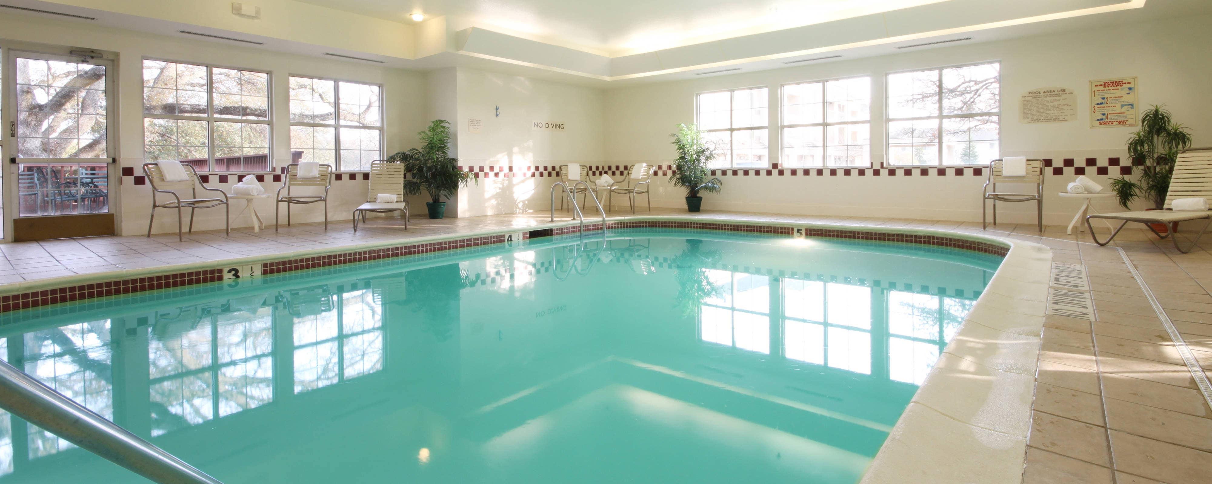 ローズビル、サクラメントの屋内温水プール
