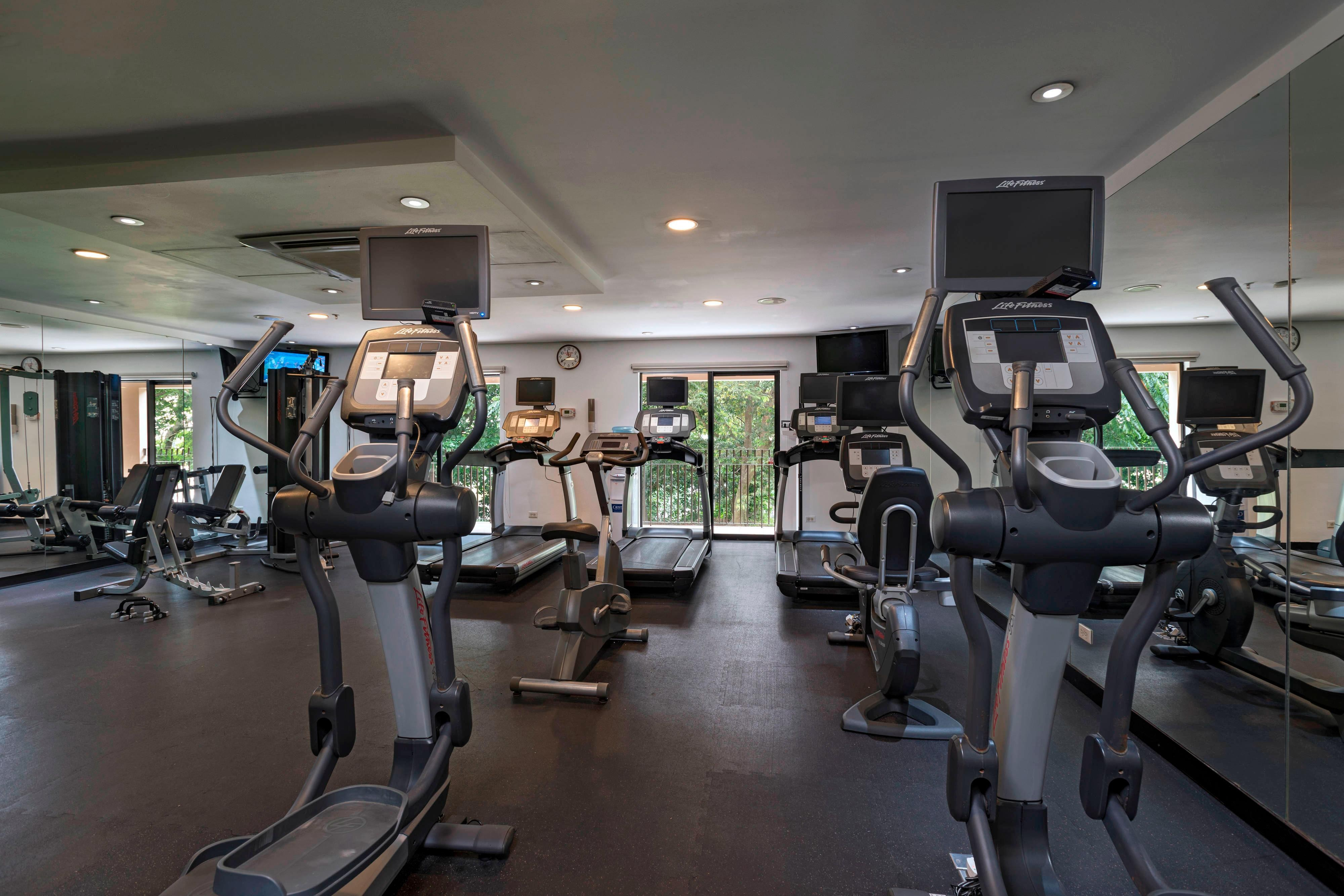 Keep up with your workout schedule, even while you're traveling! Courtyard San Salvador features a fitness center offering a variety of cardiovascular equipment and free weights.