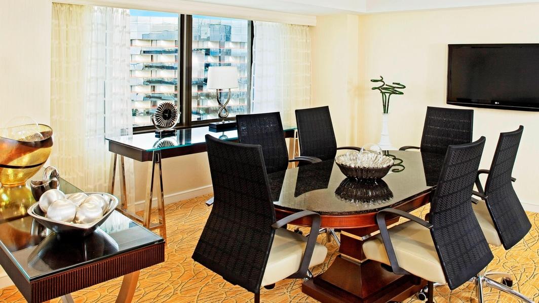 Meeting-Tisch in der Deluxe Suite