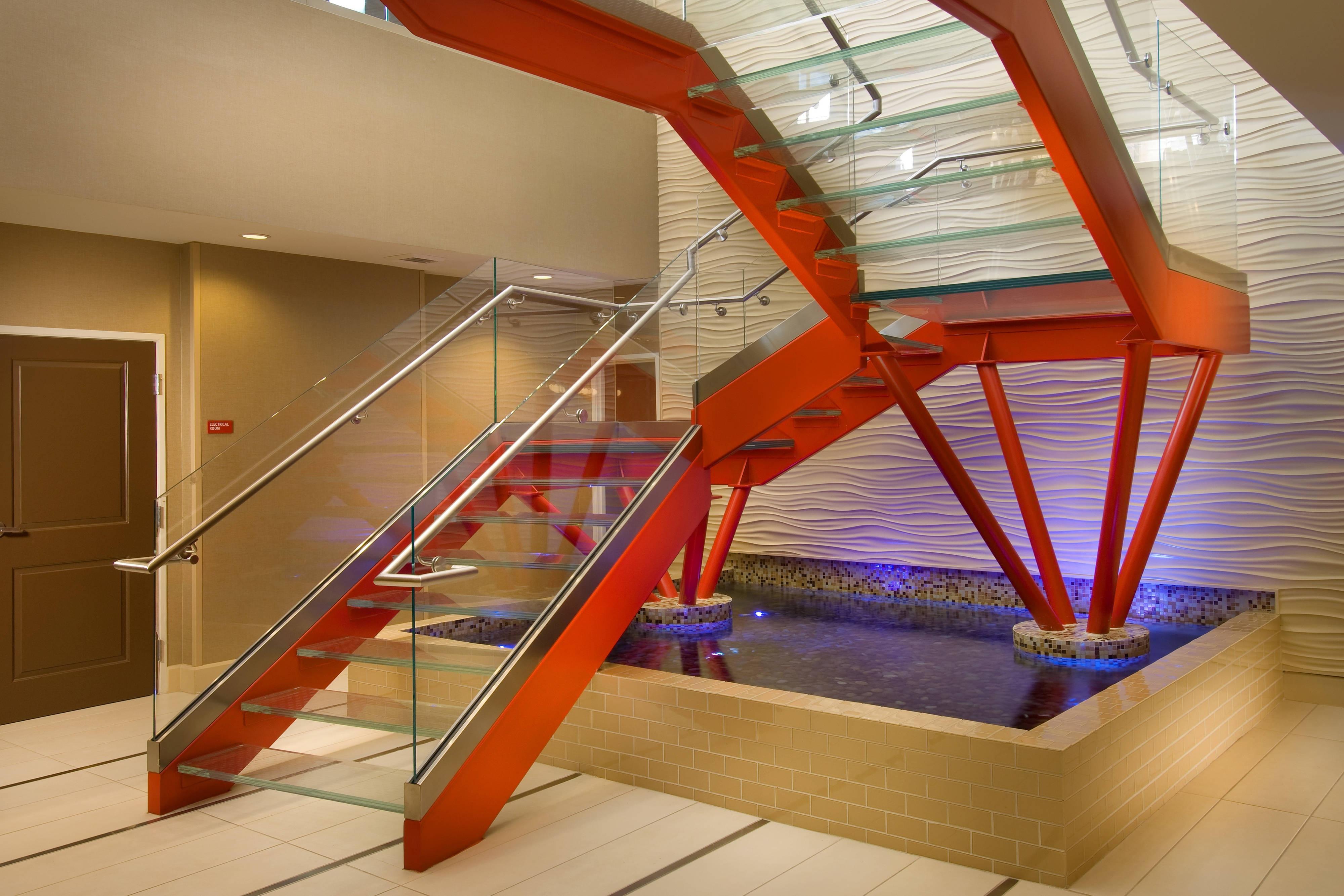 Escalinata de vidrio en el lobby del hotel en San Antonio