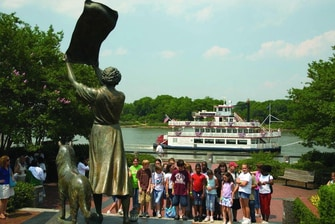 Waving Girl Monument & Riverboat