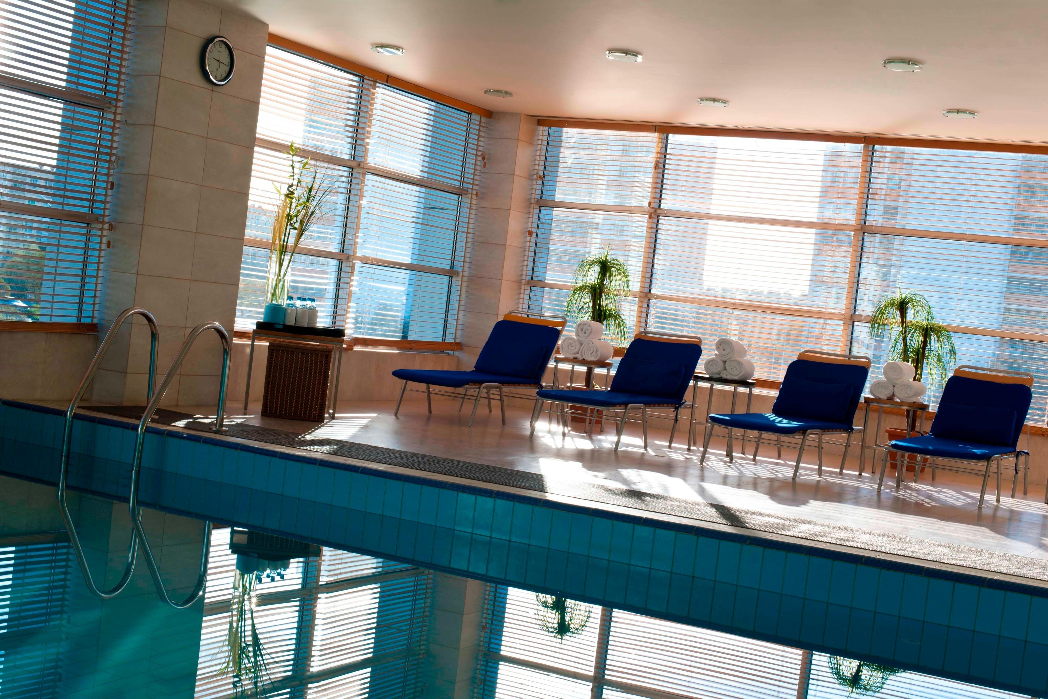 Крытый бассейн в отеле RenaissanceAktau