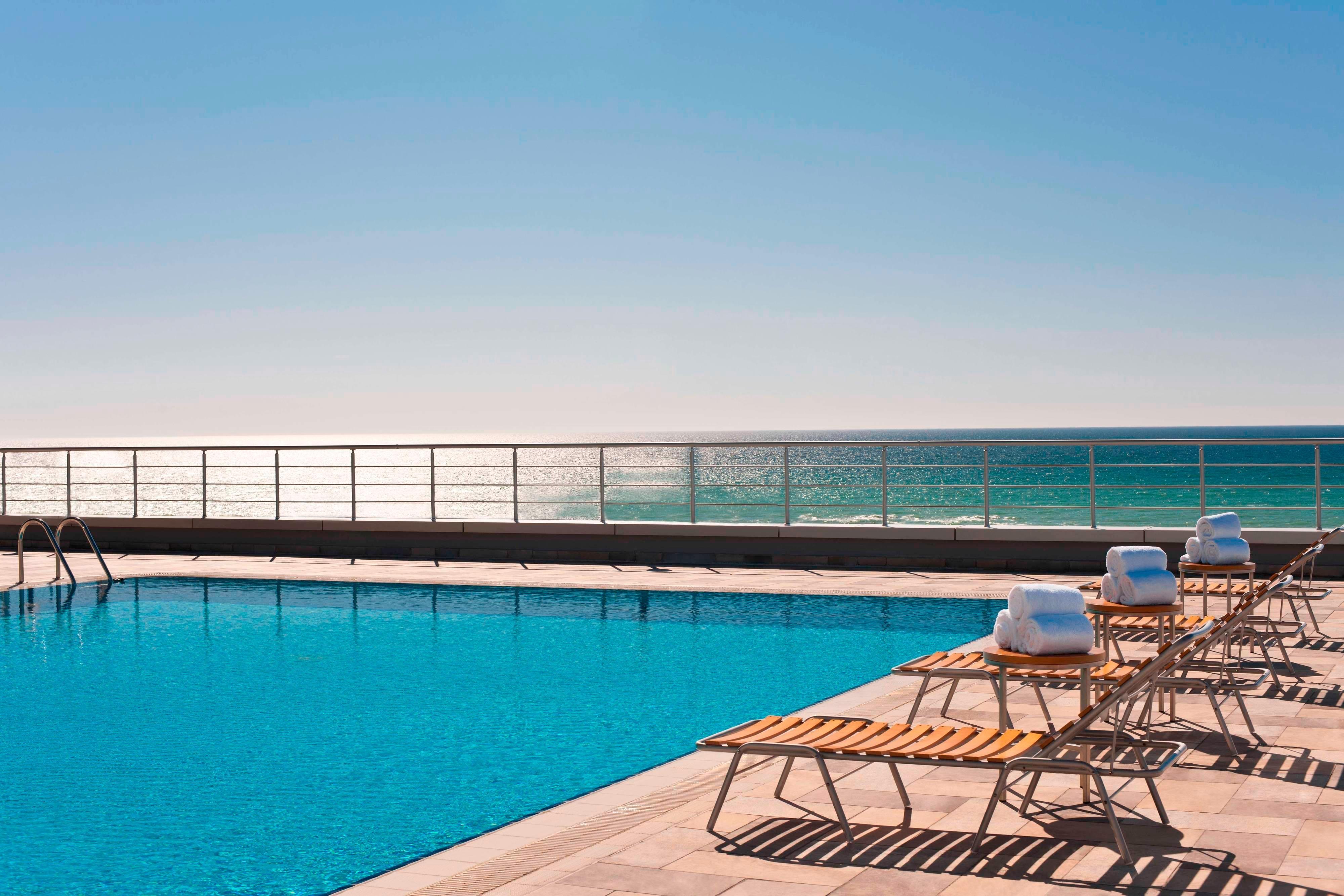 Открытый бассейн в отеле Renaissance (Актау)