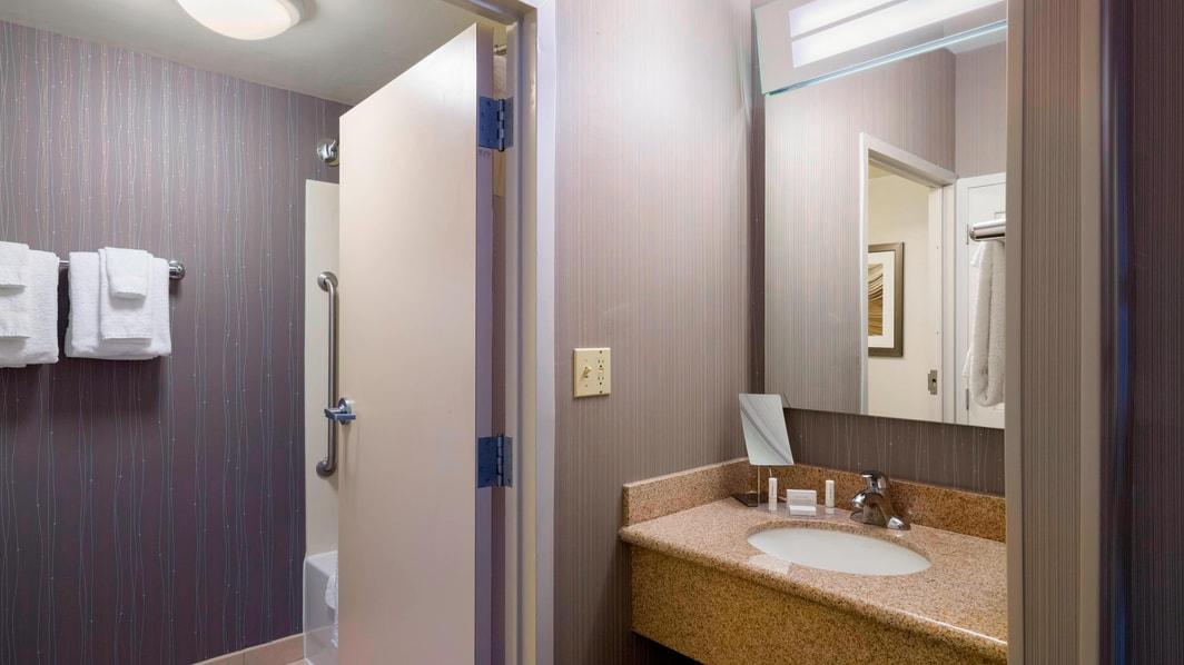 Baño de la habitación del hotel en Scranton