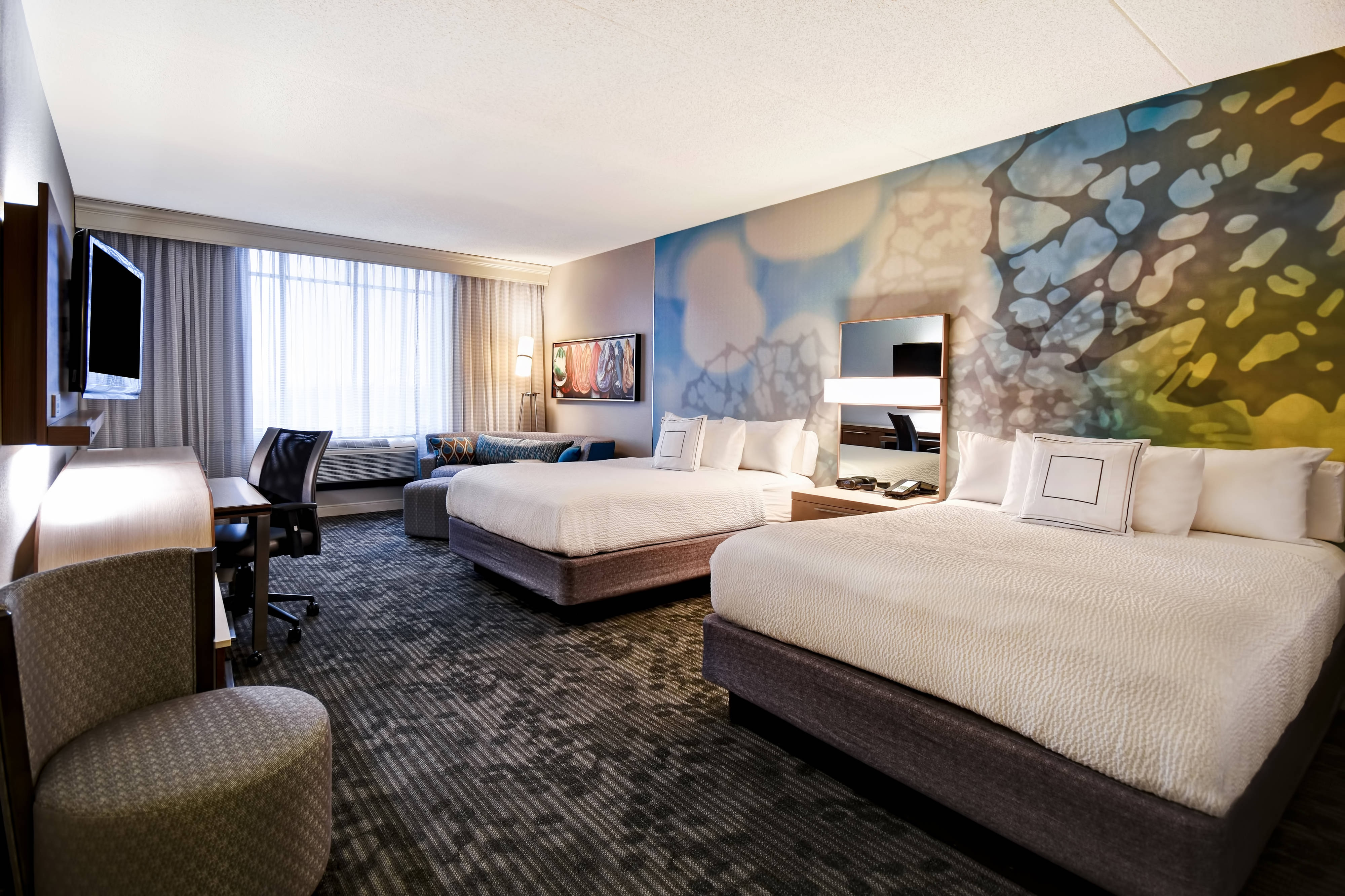 Größeres Gästezimmer mit zwei Queensize-Betten