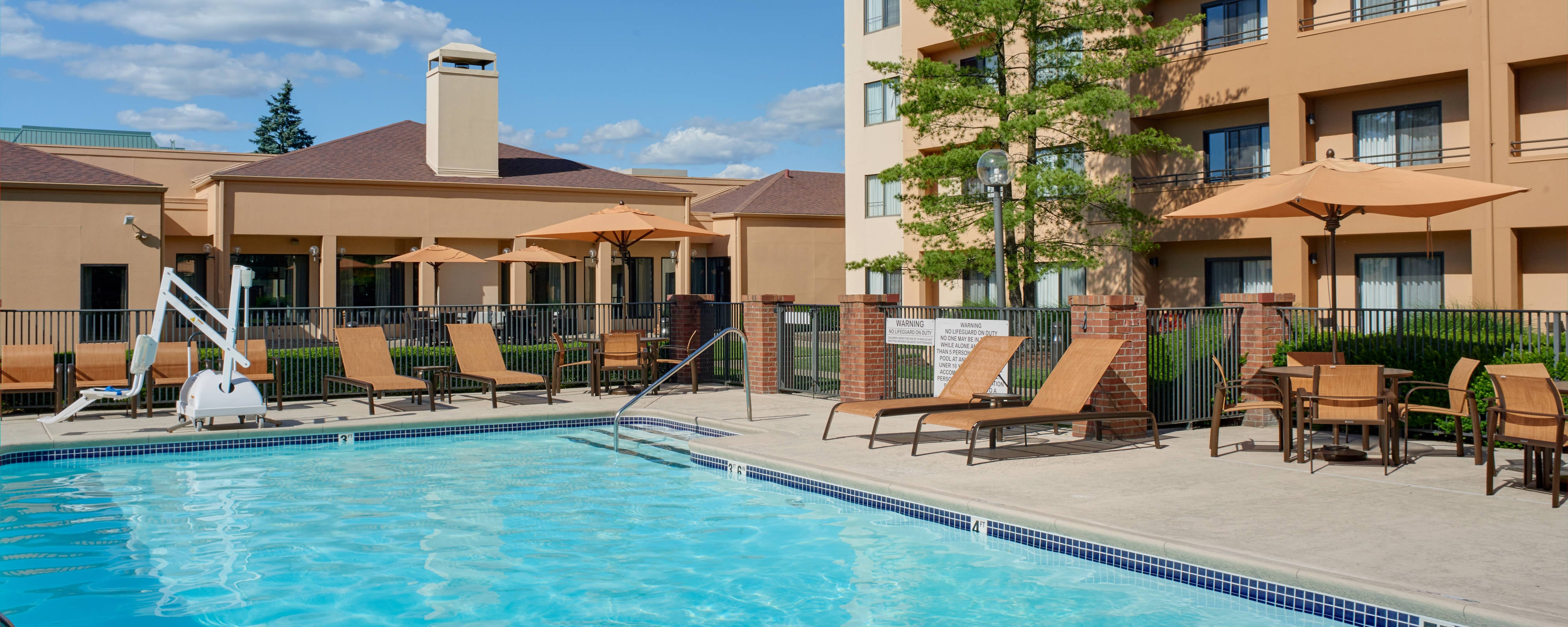 Hotels with swimming pools in louisville ky courtyard - University of louisville swimming pool ...