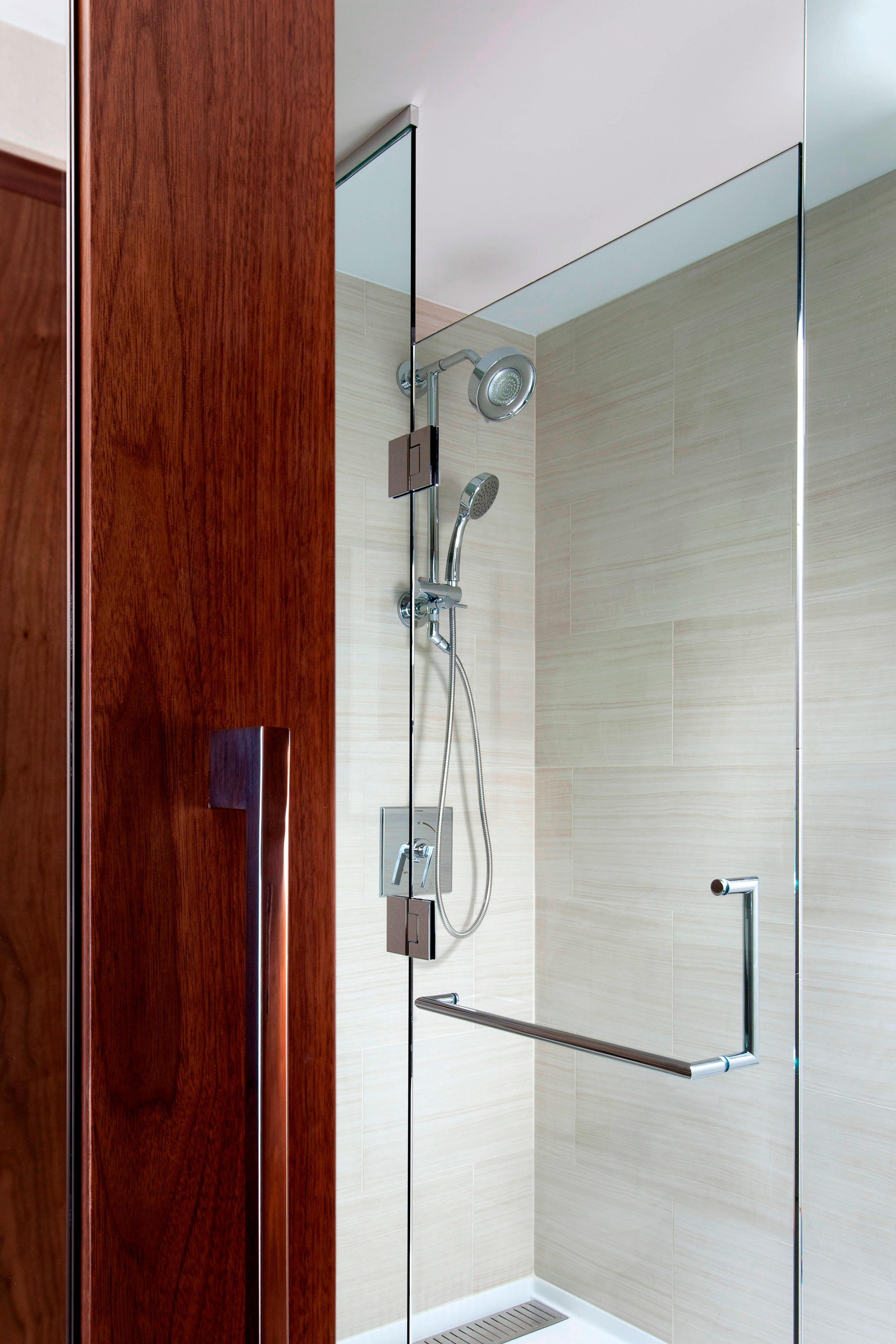 Club Floor King Bathroom