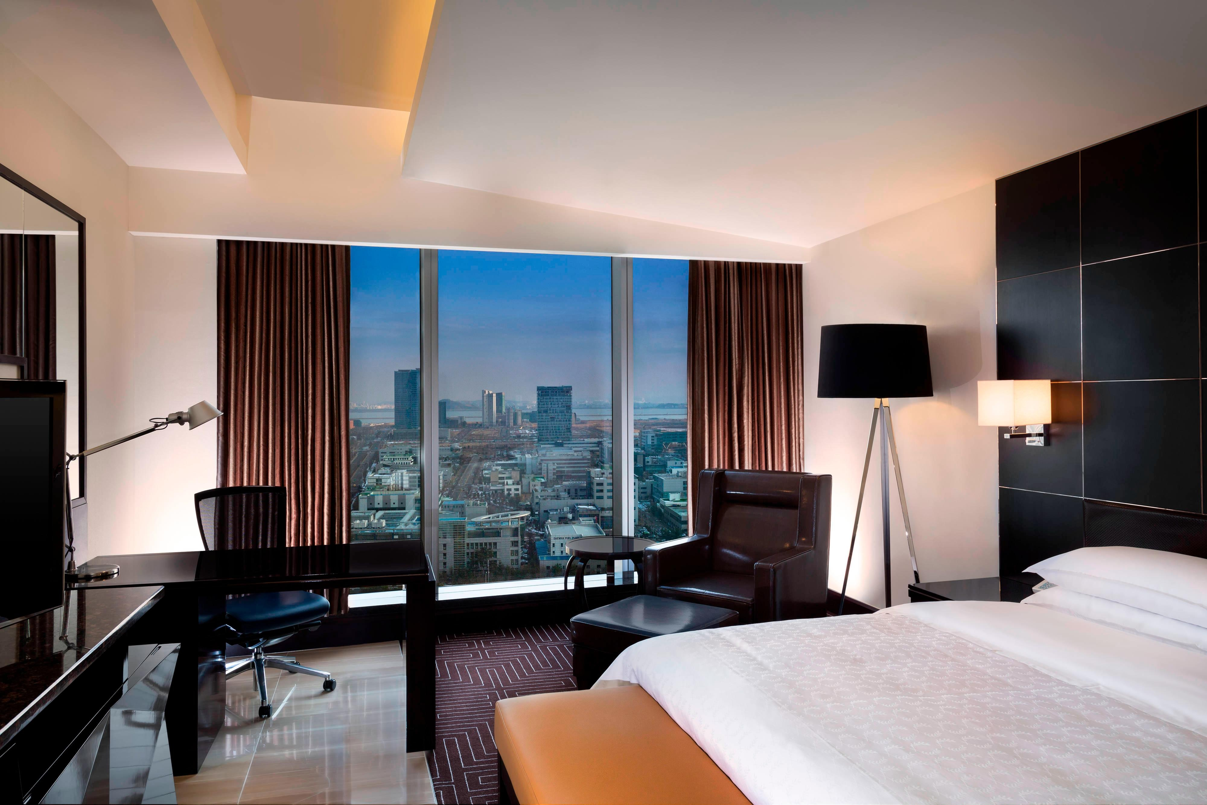 Club Deluxe King Room - City View
