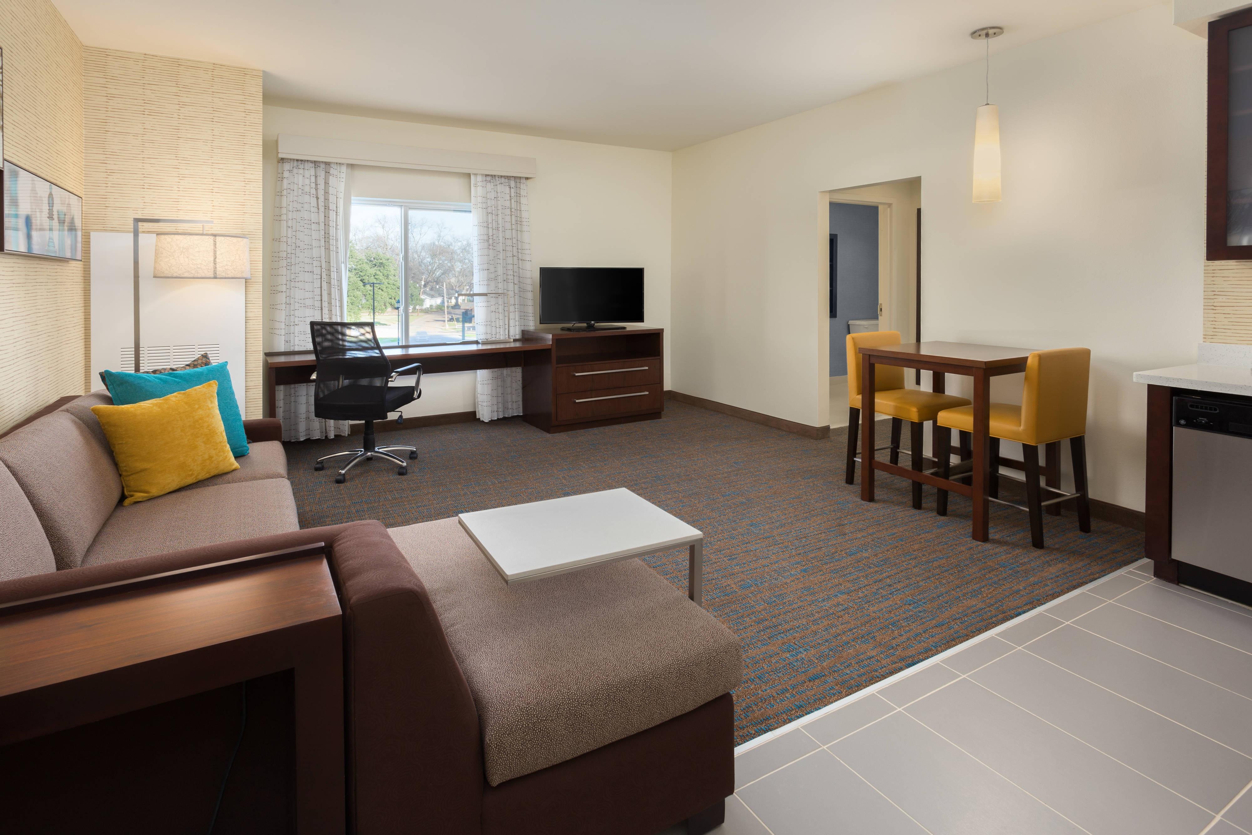 Wohnzimmer der Suite mit einem Schlafzimmer