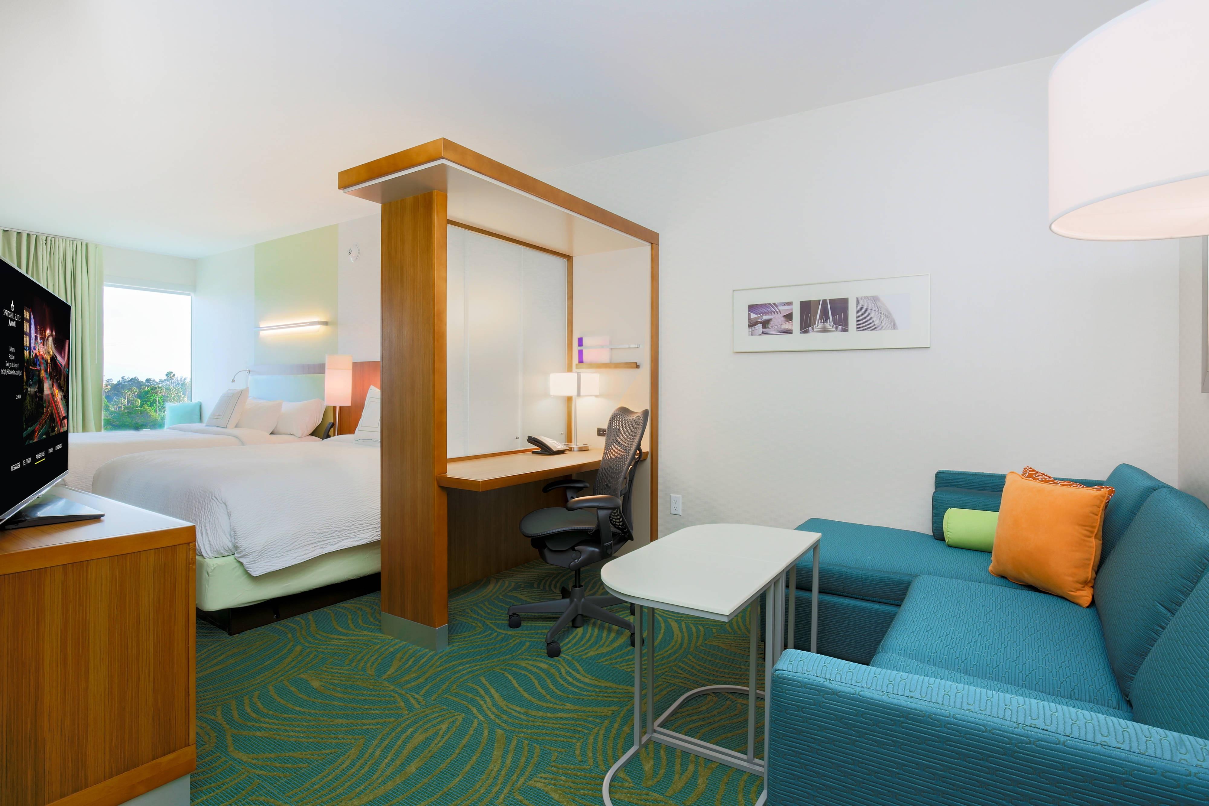 Queen Queen Suite - Living Area