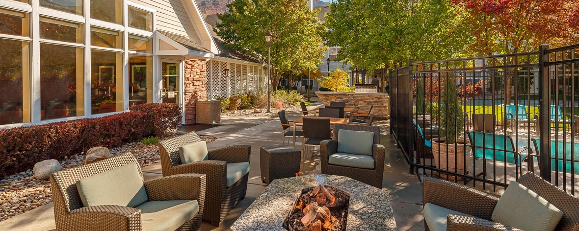 Residence Inn Patio & Grill Area