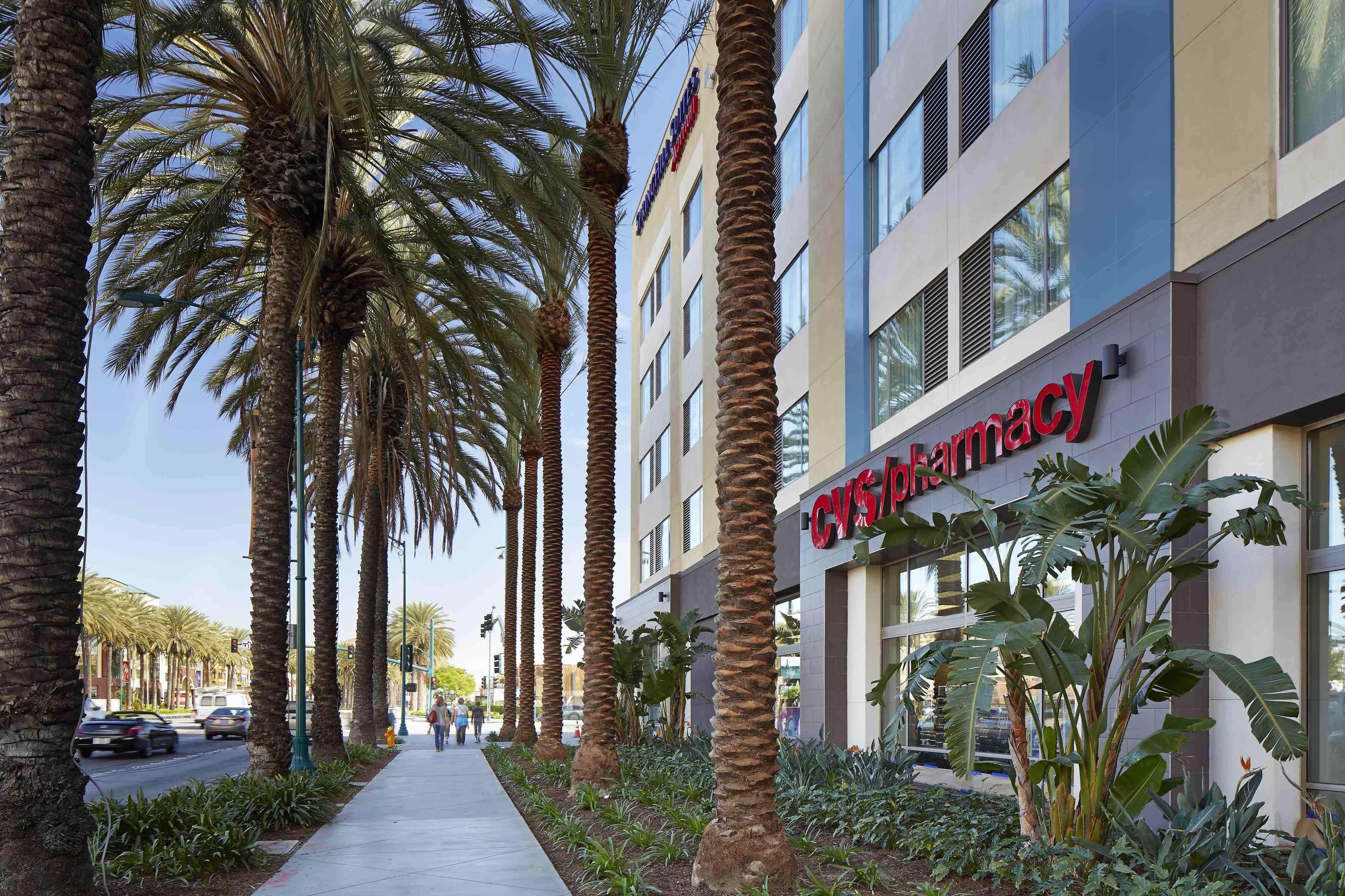 CVS Pharmacy junto al SpringHill Suites at Anaheim Resort/Convention Center