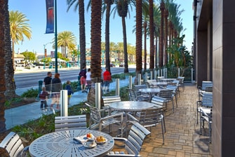 Patio exterior del SpringHill Suites at Anaheim Resort/Convention Center