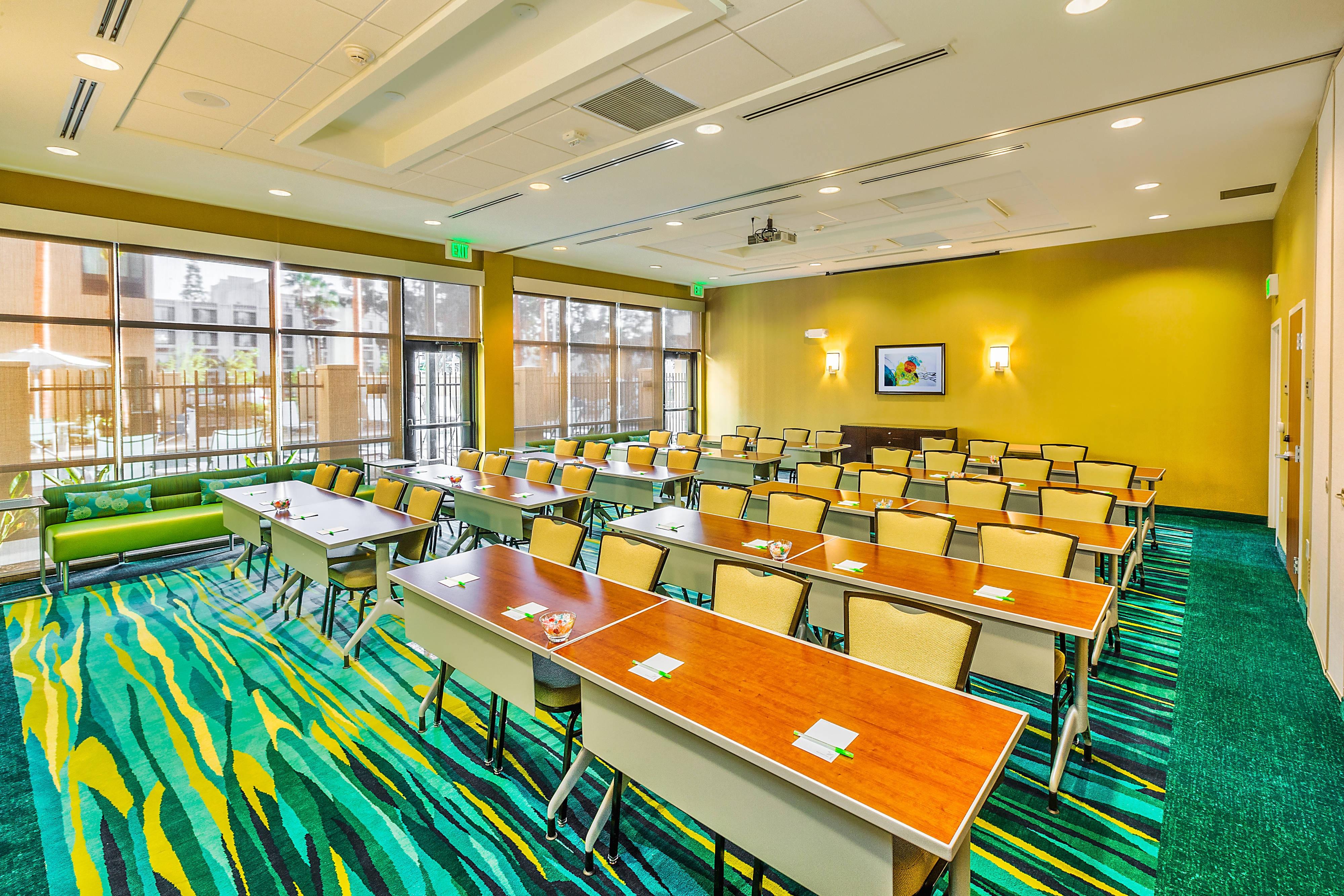 Sala de reuniones, disposición estilo aula