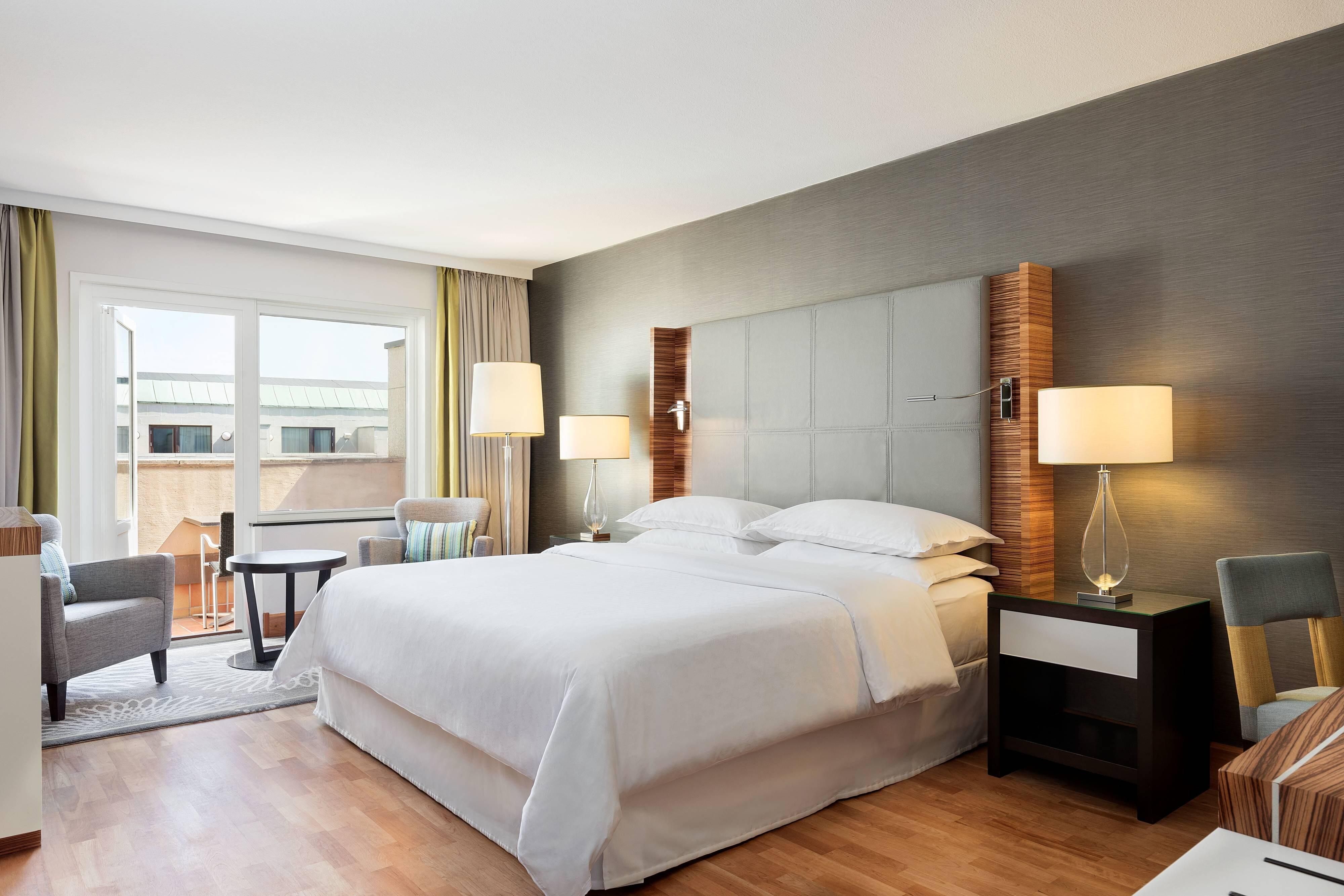 Улучшенный номер с двуспальной кроватью (King) и балконом