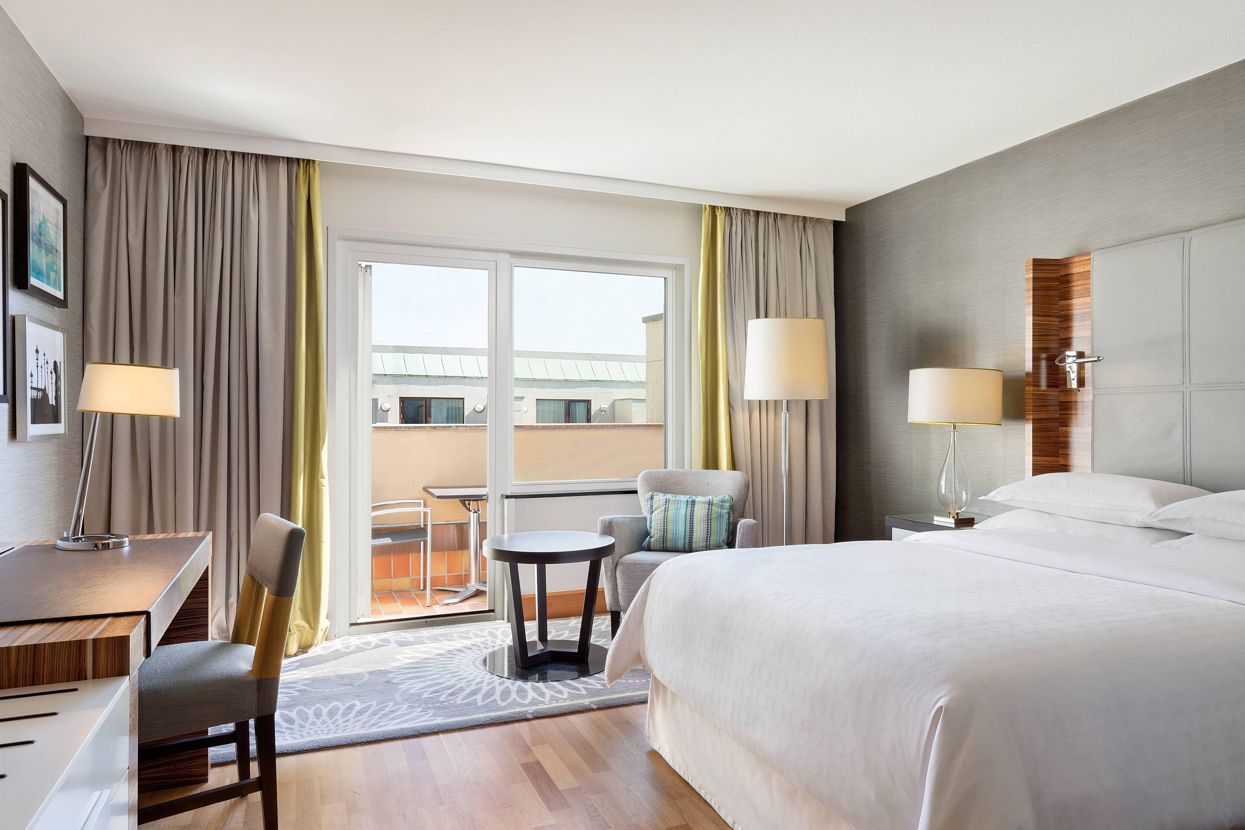 Улучшенный номер с двуспальной кроватью (Queen) и балконом