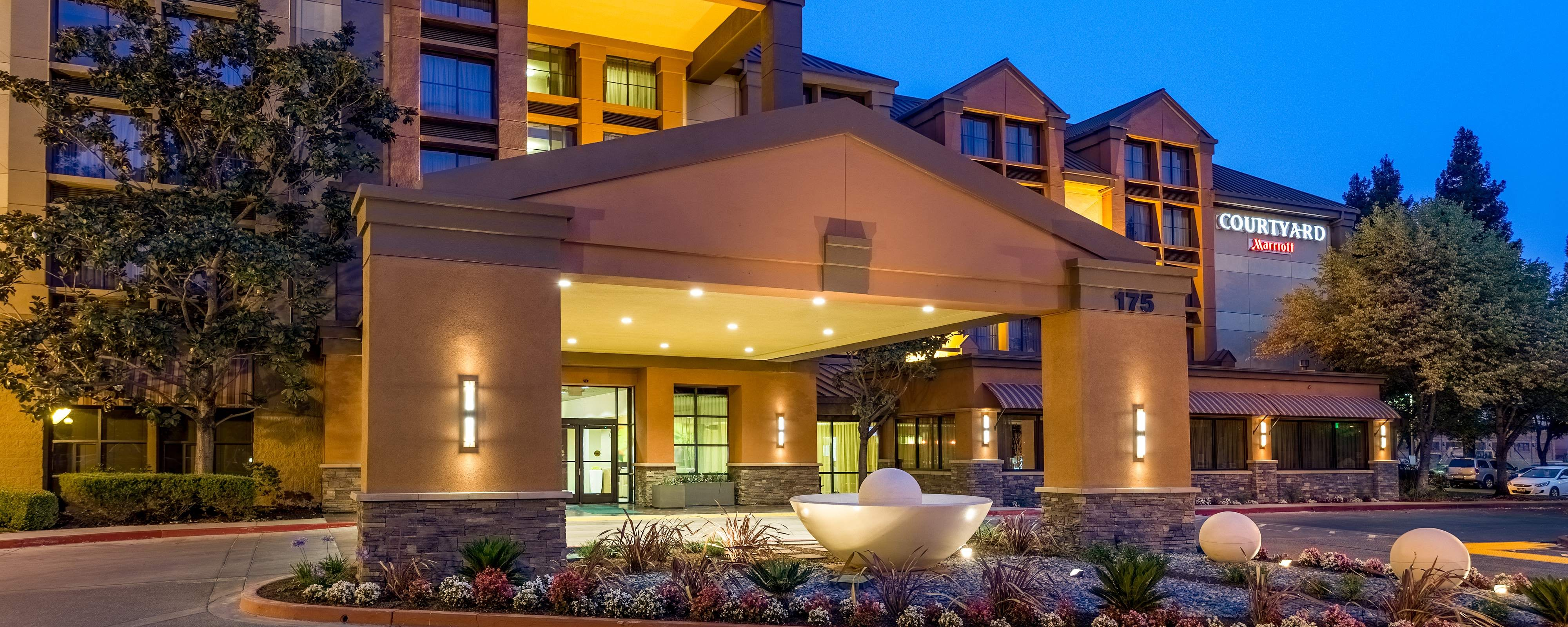 Fachada del Courtyard by Marriott Santa Rosa