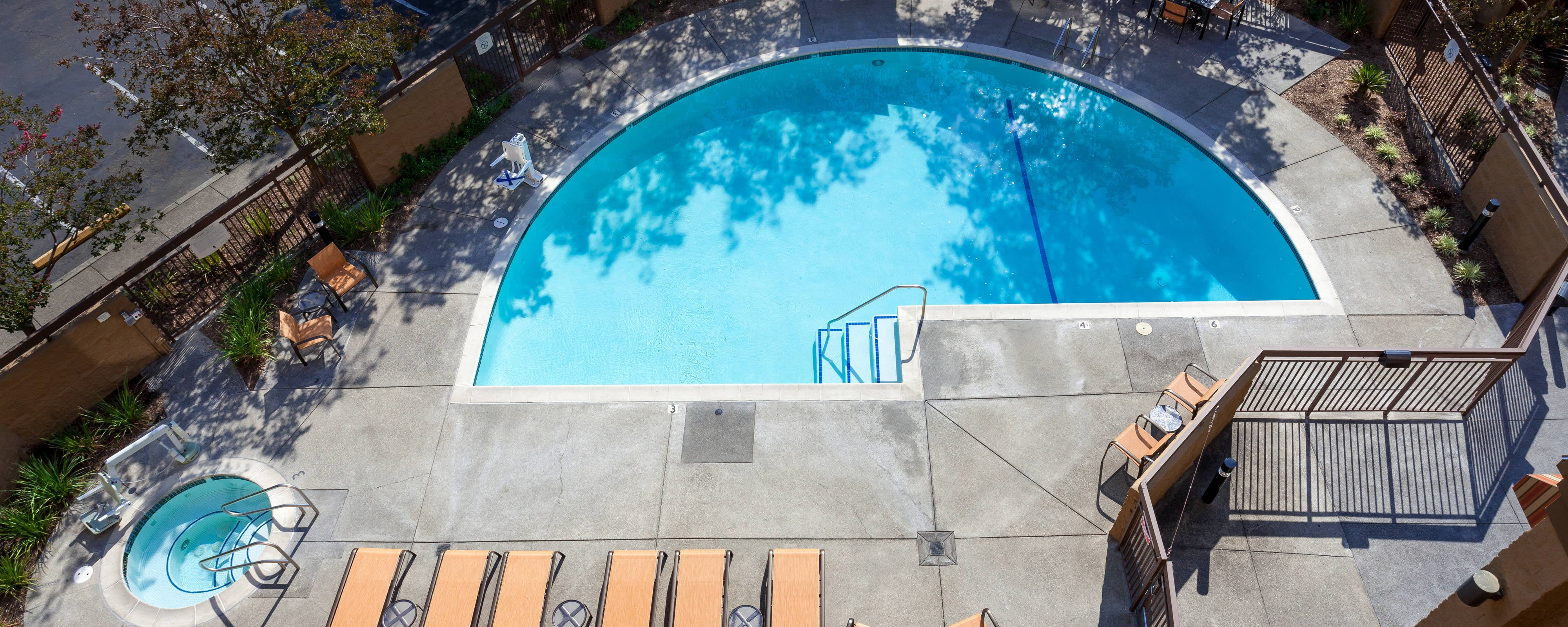 Piscina al aire libre del Courtyard by Marriott Santa Rosa