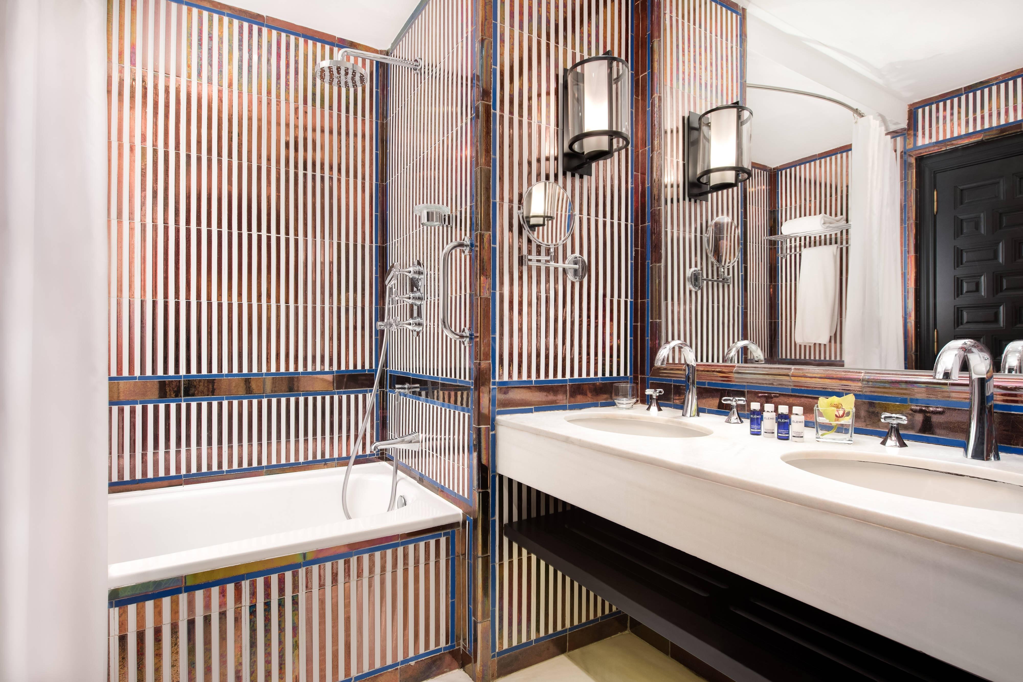 DELUXE DOUBLE Room Bathroom