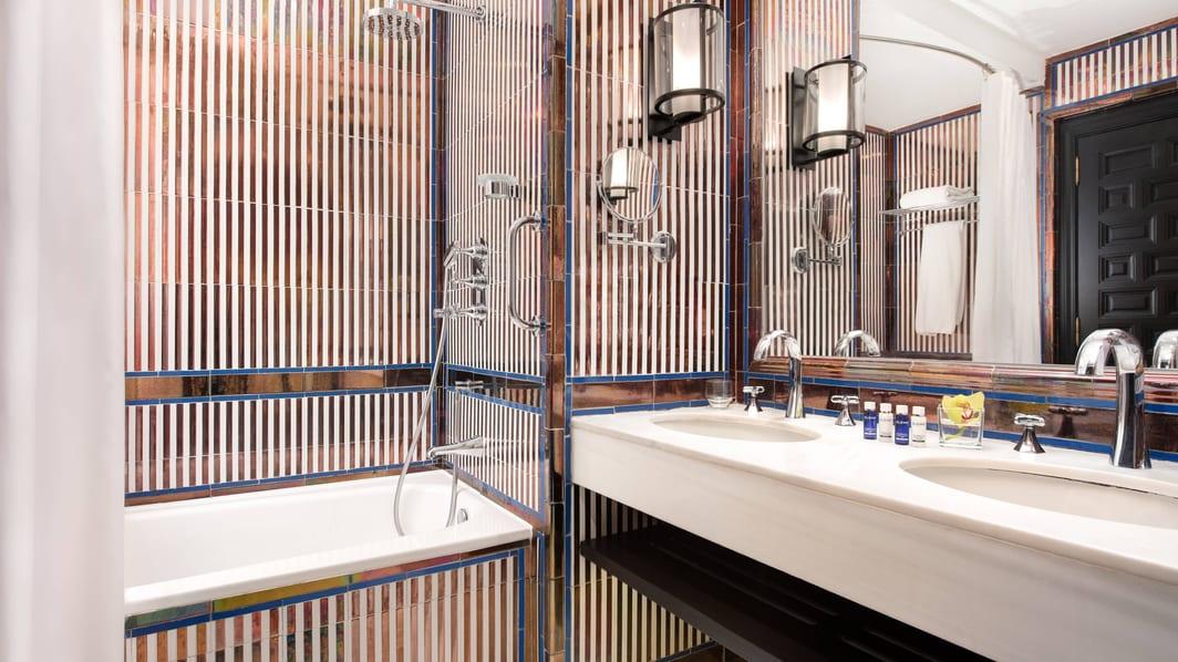 Baño de la habitación DELUXE DOBLE