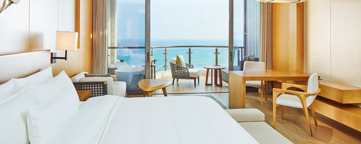 Chambre Deluxe avec lit king size et vue sur la mer