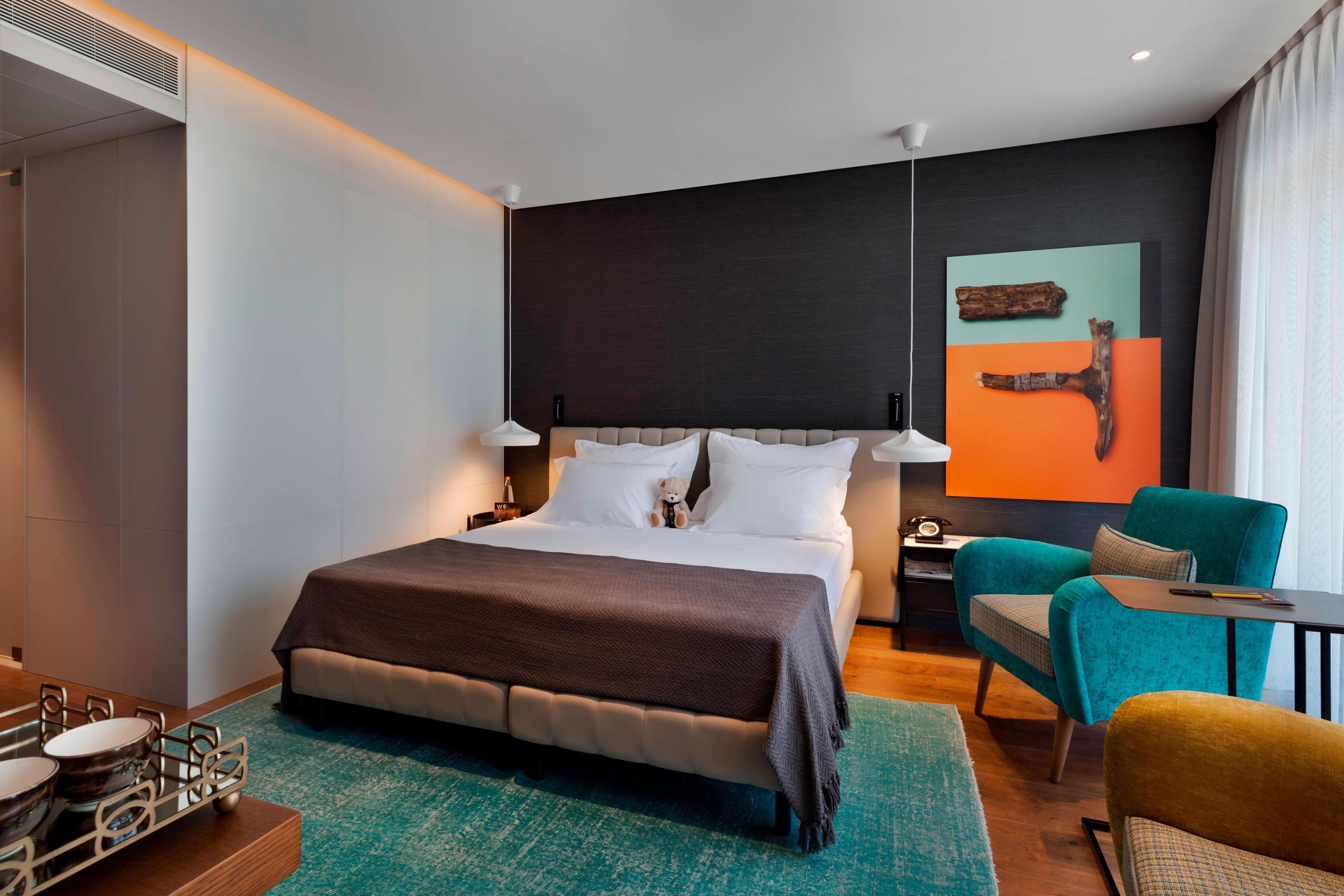 غرفة نزلاء تضم سرير كوين مع إطلالة على المدينة