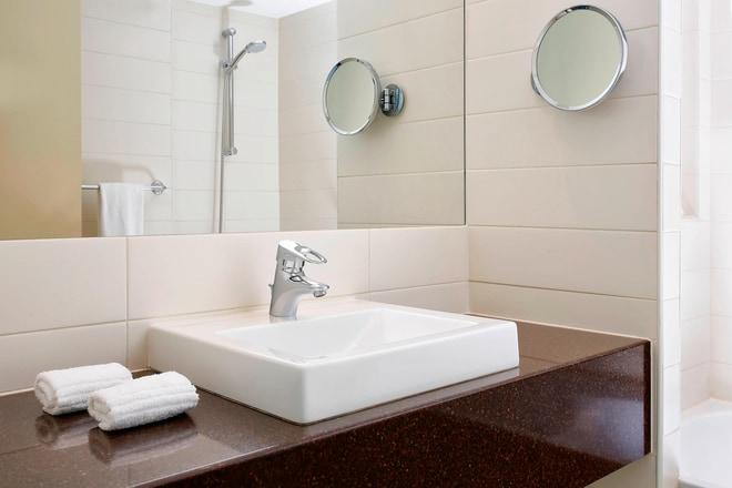 Studio Suite and Deluxe Room Bathroom
