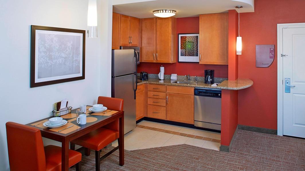 Cocina de la suite del hotel en Clearwater, FL