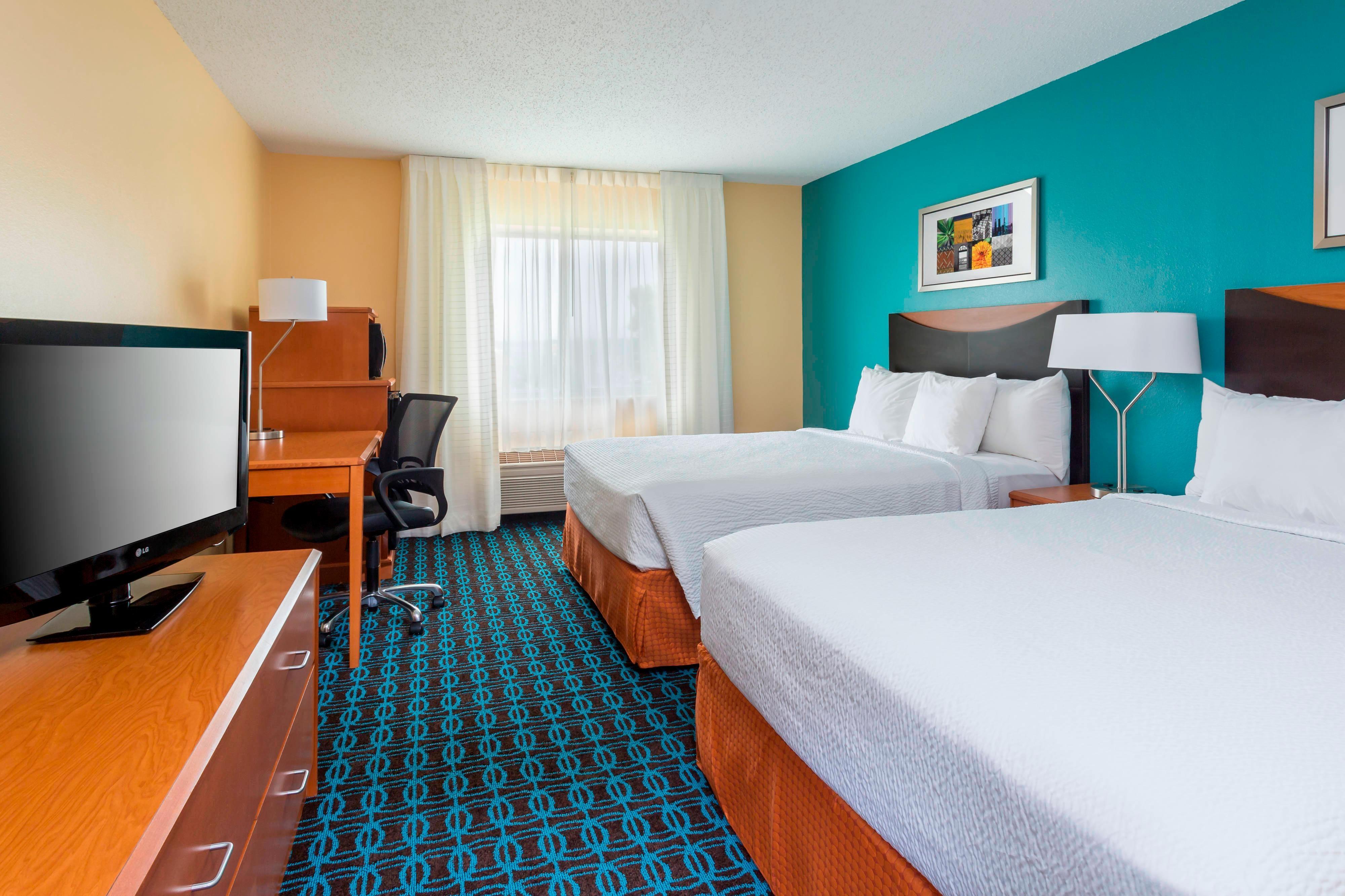Chambre avec deux grands lits