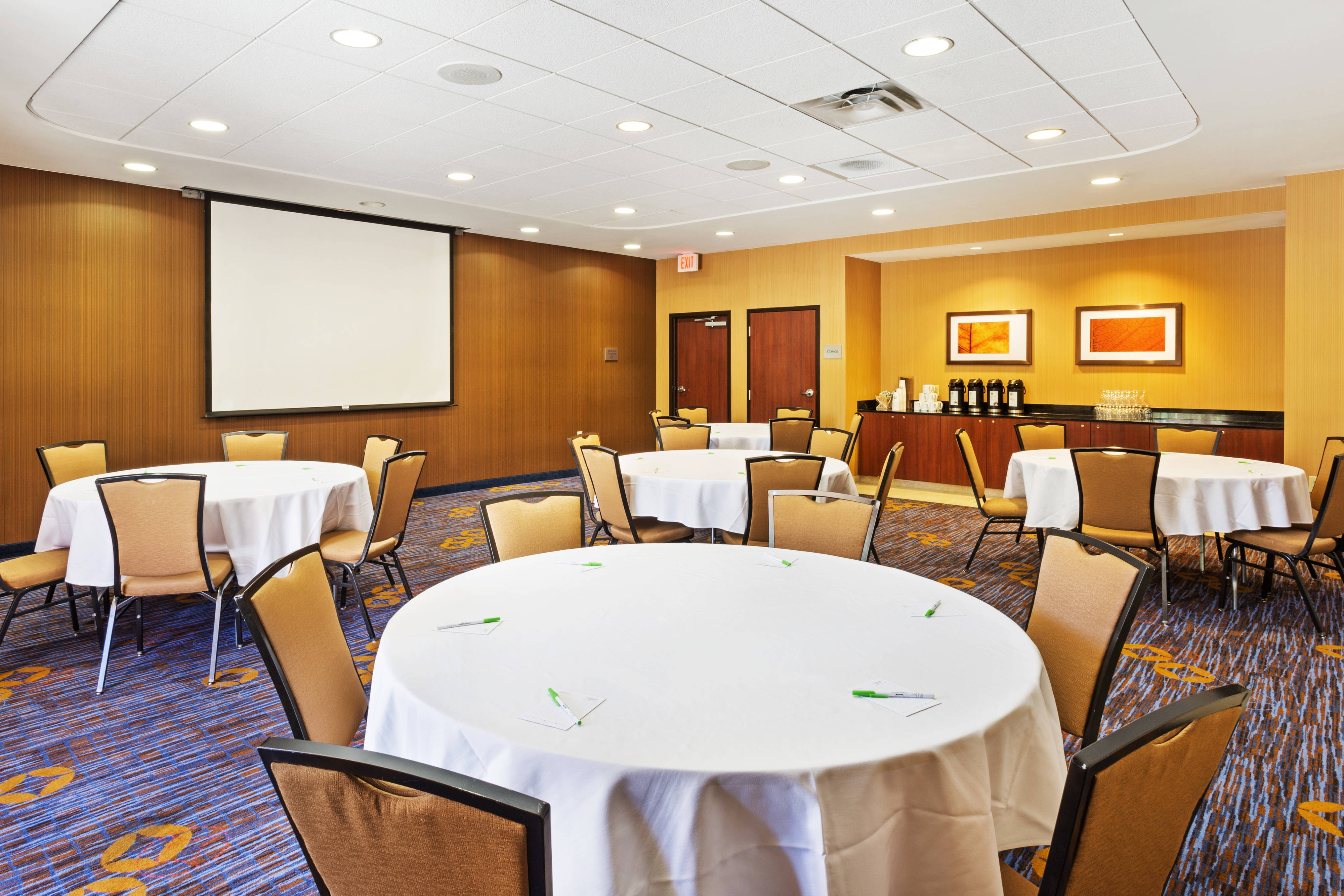 Round Tables Meeting Room Setup